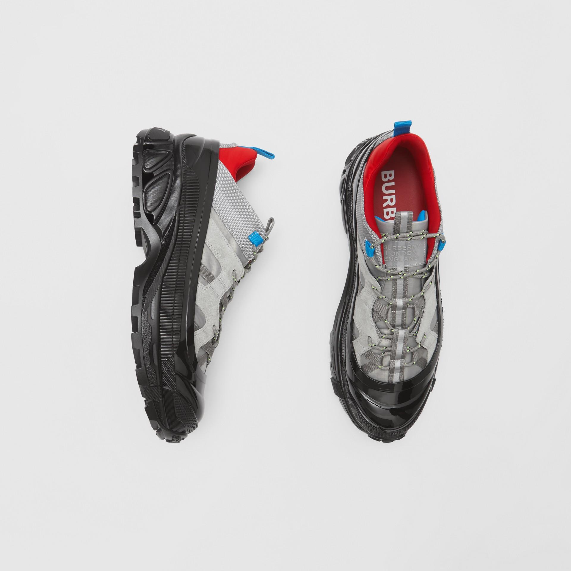 尼龍及麂皮 Arthur 運動鞋 (灰藍色) | Burberry - 圖庫照片 0
