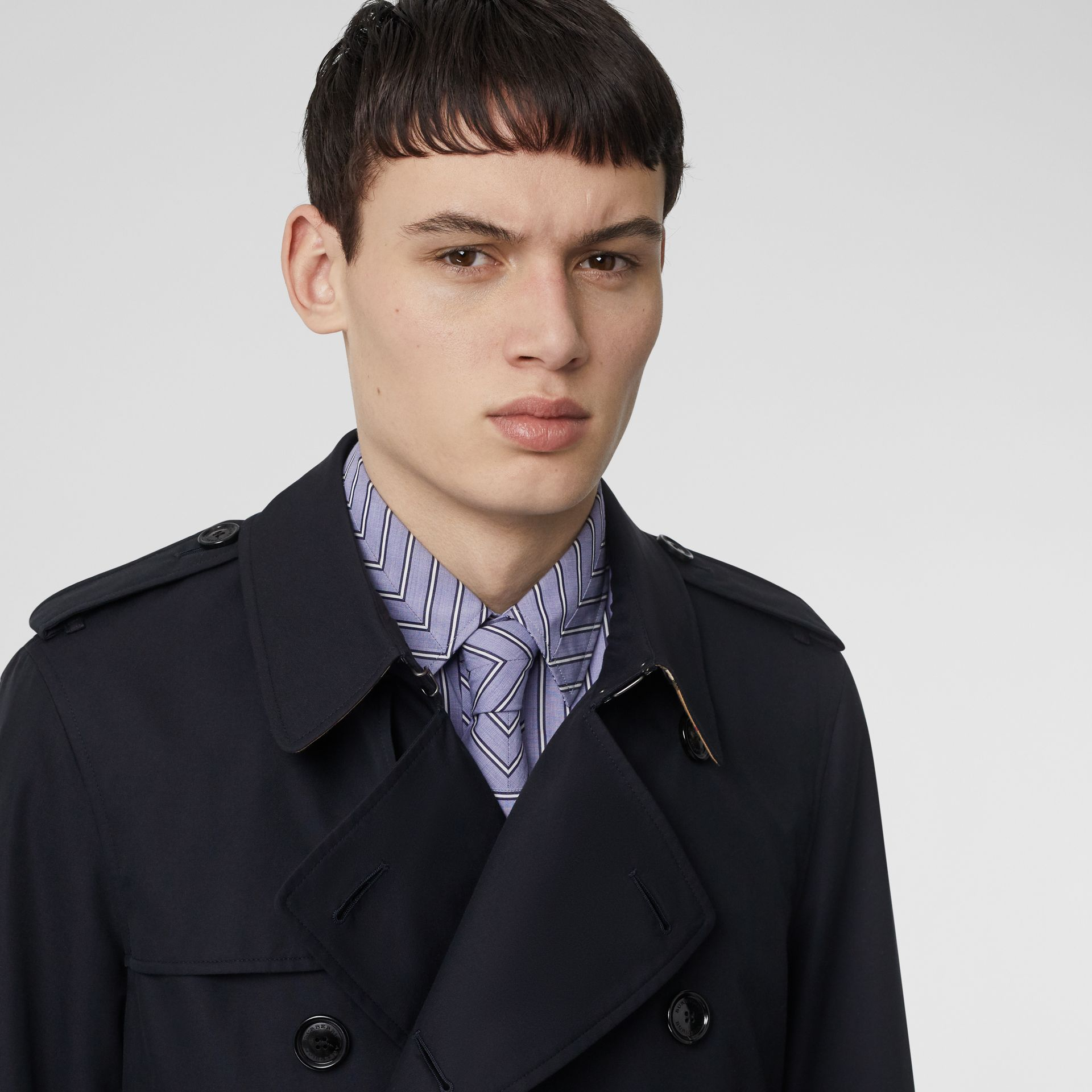Trench court The Chelsea (Bleu Marine De Minuit) - Homme | Burberry - photo de la galerie 4