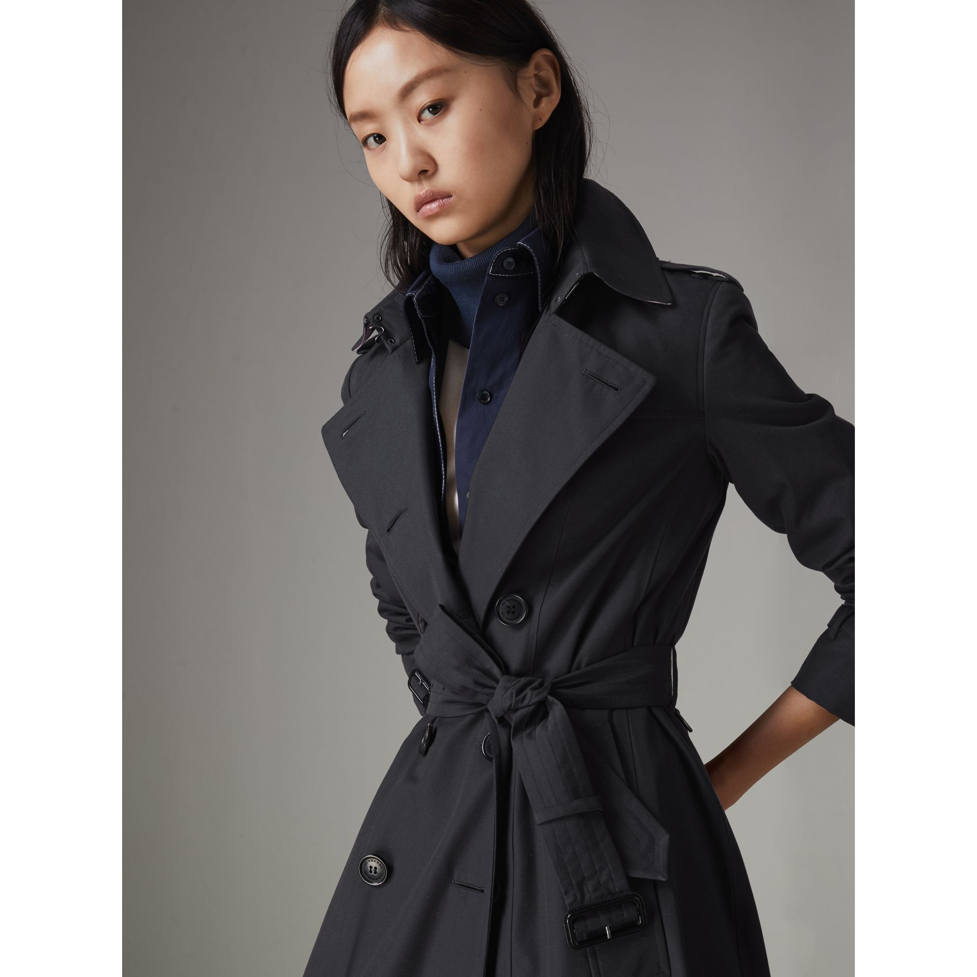The Long Chelsea Heritage Trench Coat in Midnight - Women | Burberry United Kingdom - gallery image 1
