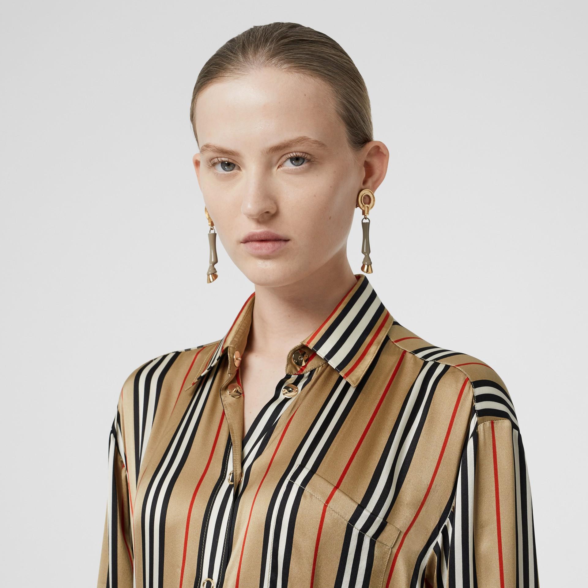 標誌性條紋絲質襯衫 (典藏米色) - 女款 | Burberry - 圖庫照片 1