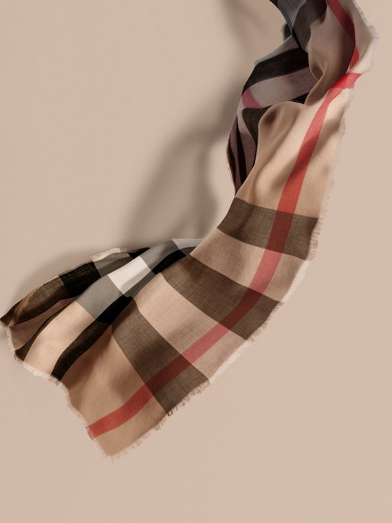 The Lightweight Cashmere Scarf in Ombré Check Camel/navy
