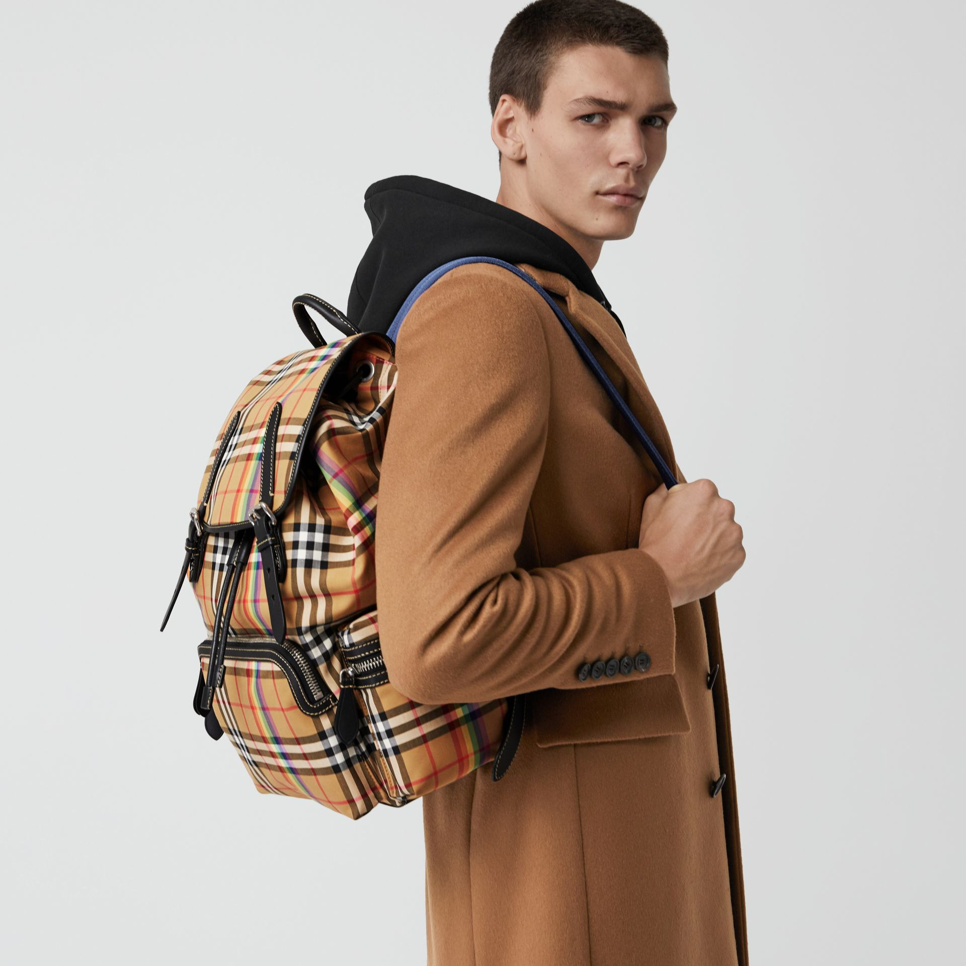 Grand sac The Rucksack à motif Rainbow Vintage check (Jaune Antique) | Burberry Canada - photo de la galerie 5