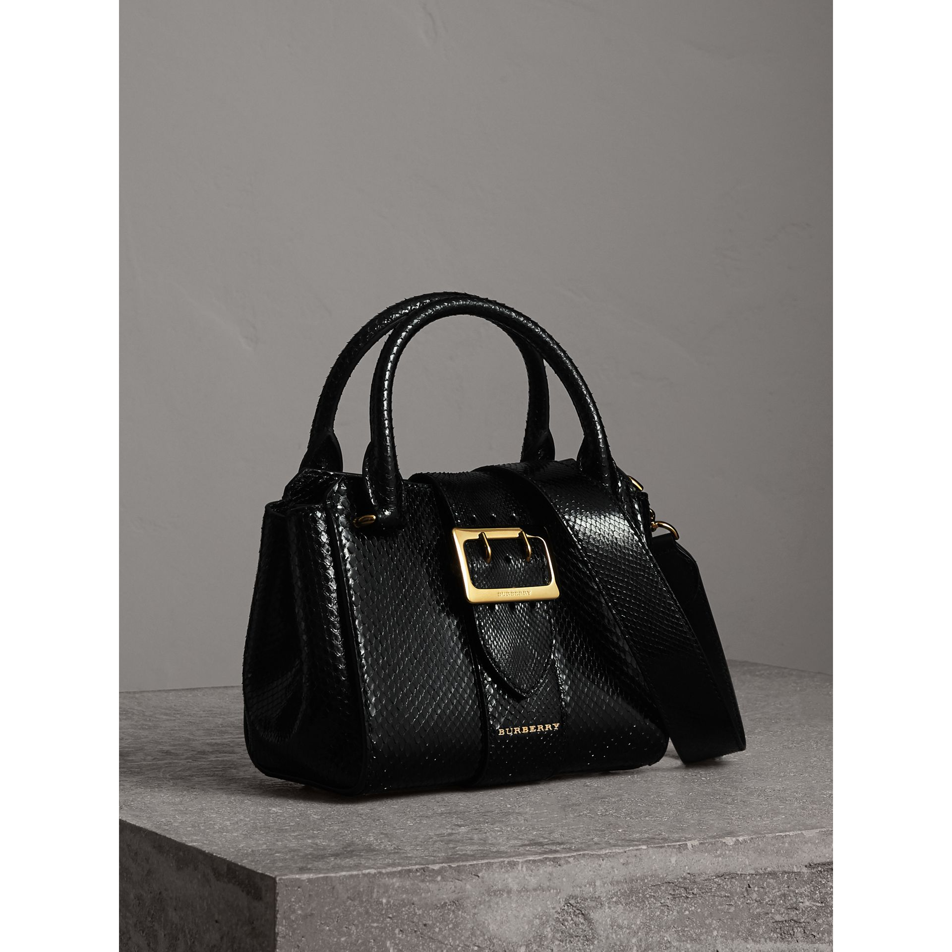 The Small Buckle Tote aus Pythonleder (Schwarz) - Damen | Burberry - Galerie-Bild 6