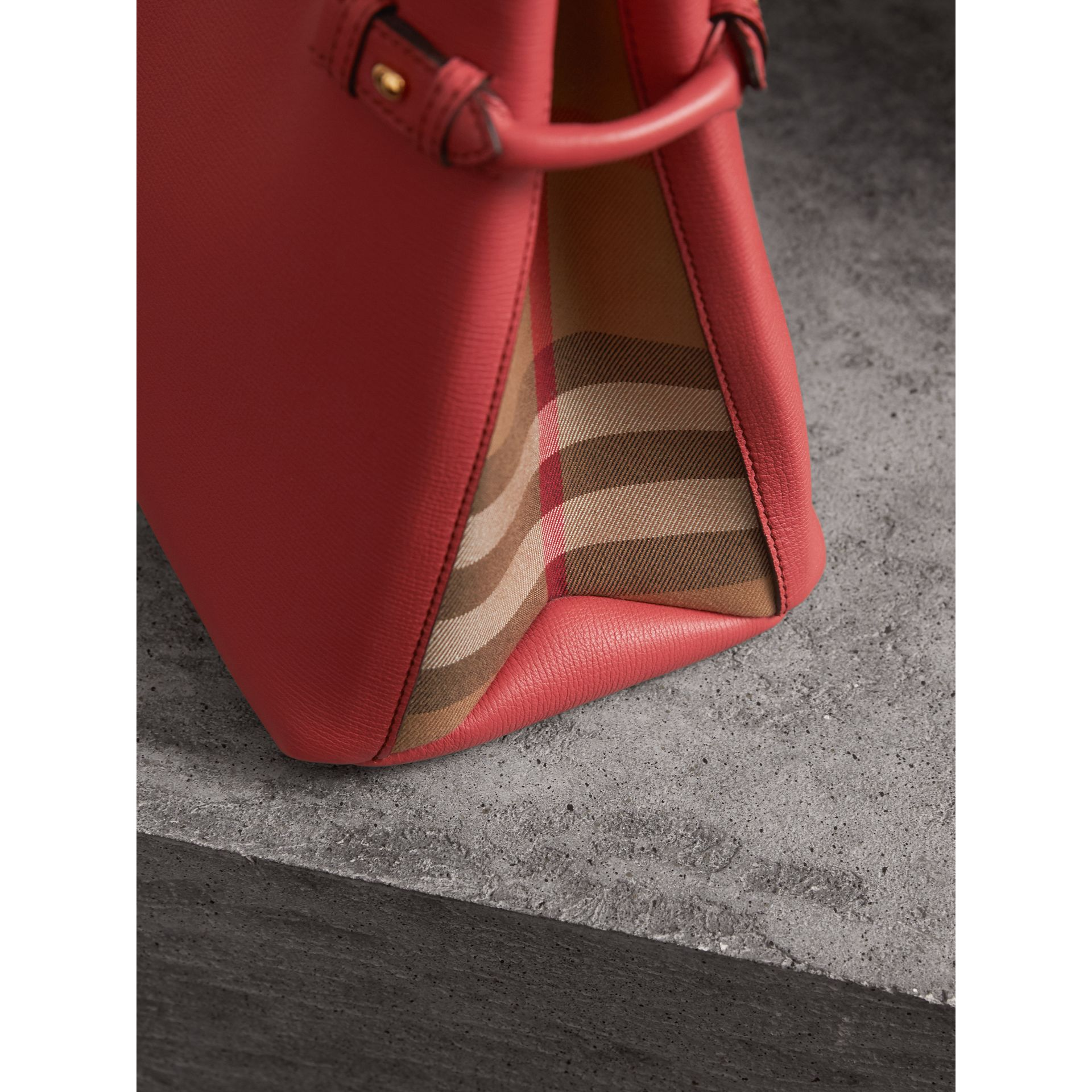 Sac The Banner moyen en cuir et coton House check (Cannelle Rouge) - Femme | Burberry - photo de la galerie 1