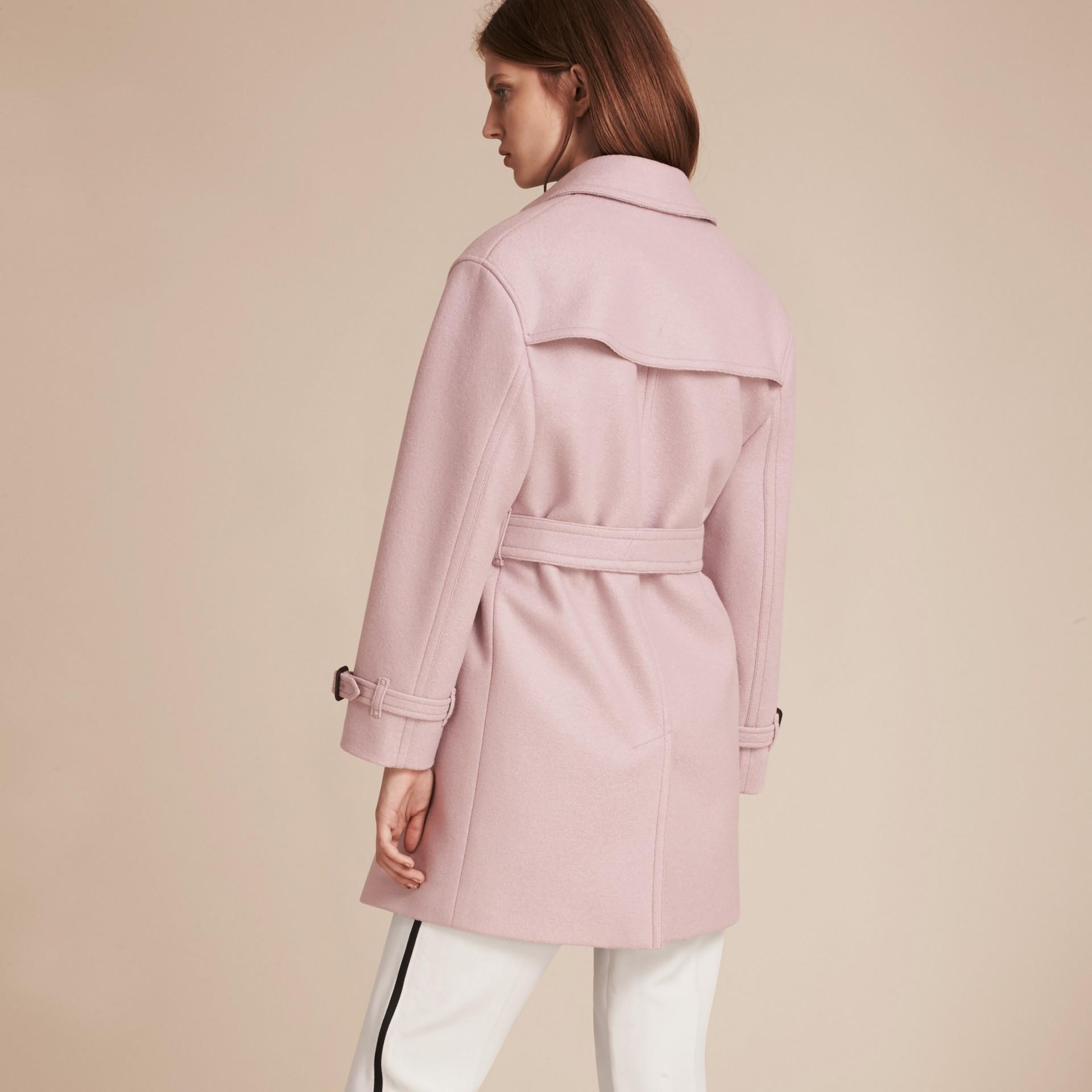 淡紫色 羊毛裹身風衣 - 圖庫照片 3