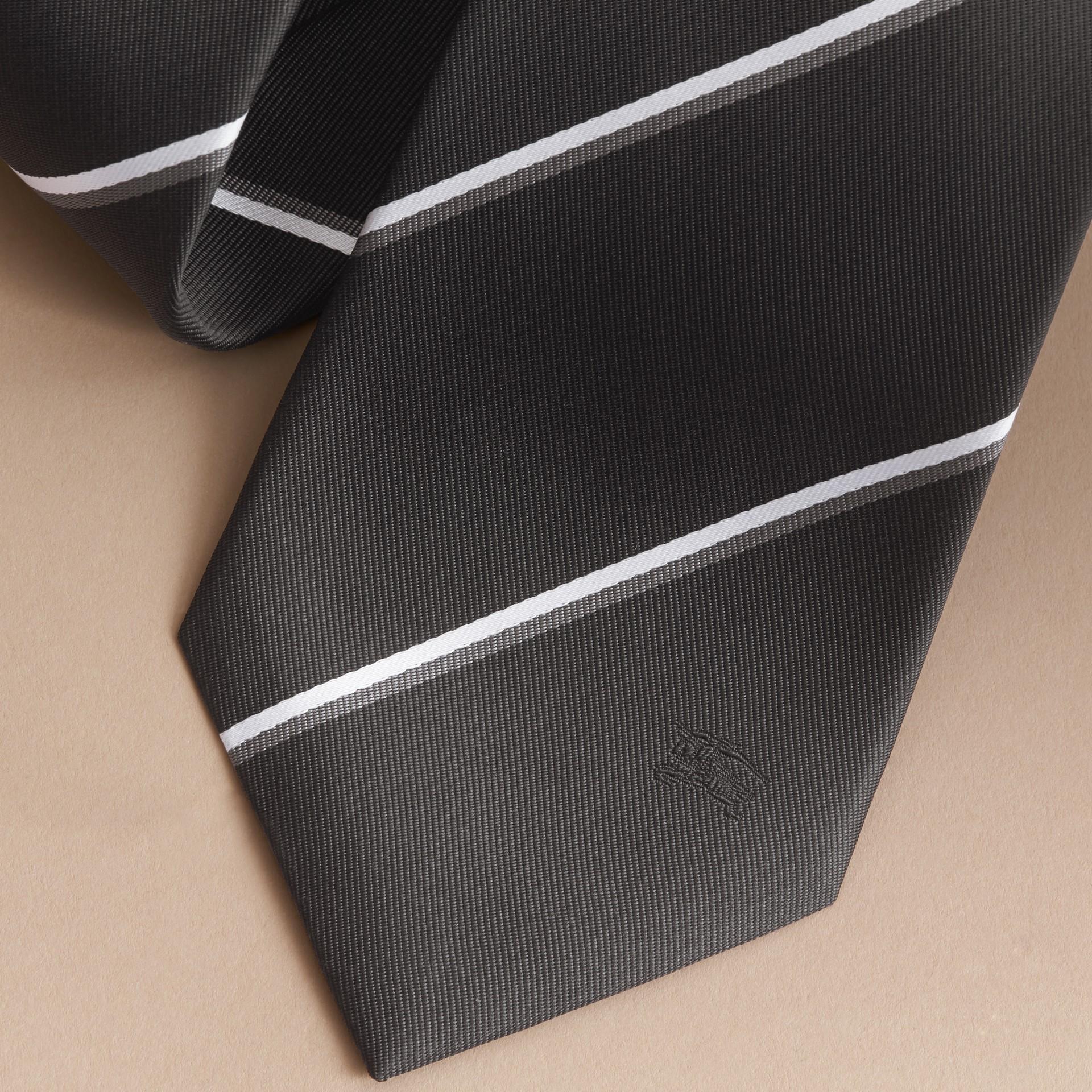 Cravate classique en soie à rayures, tissée en jacquard (Noir) - photo de la galerie 2