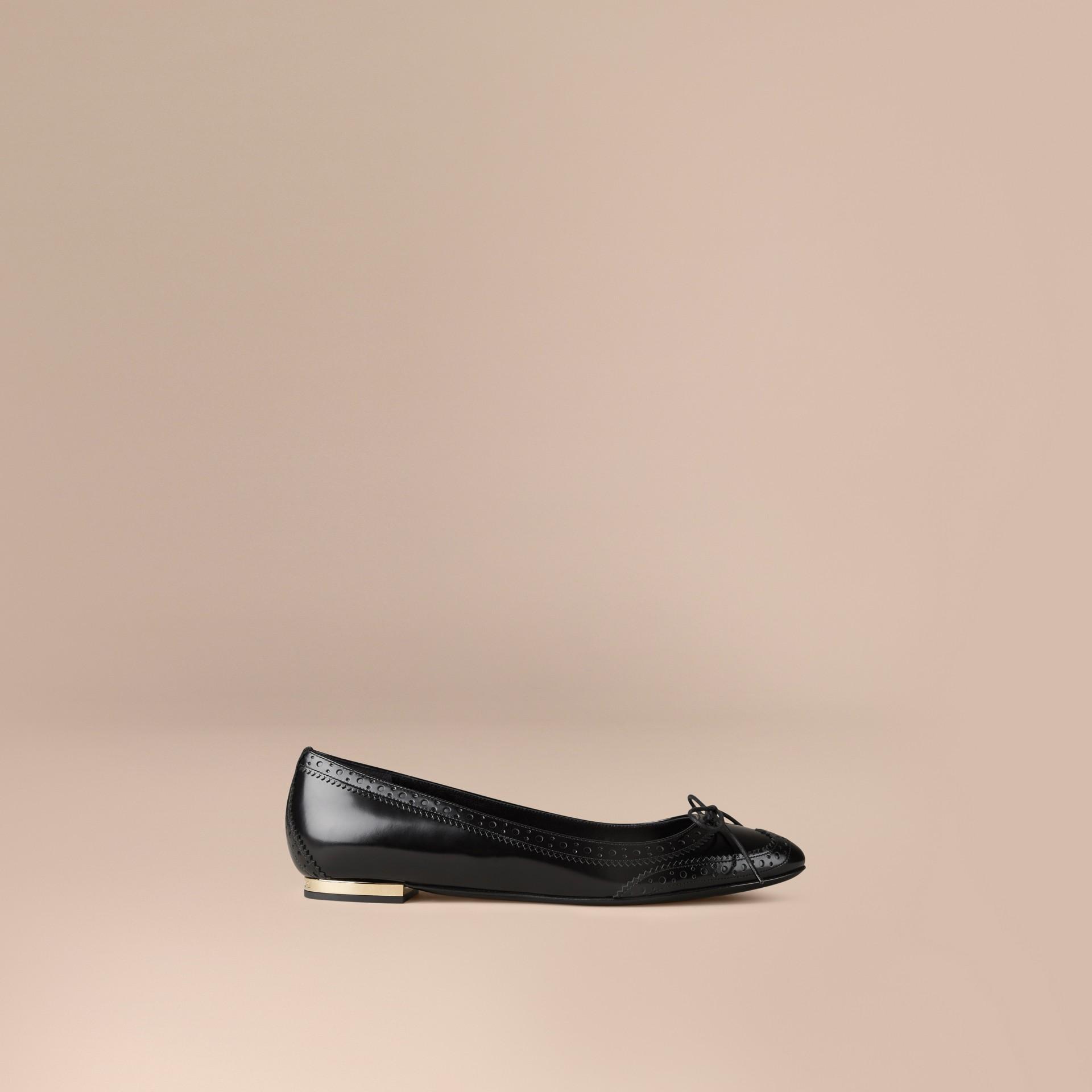 Schwarz Ballerinas aus Leder mit Brogue-Detail - Galerie-Bild 1