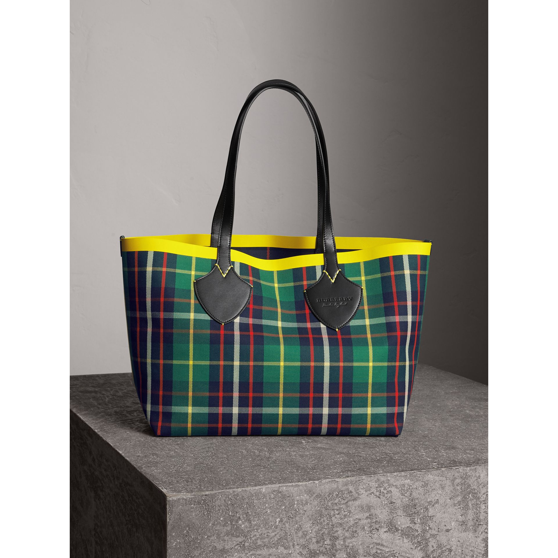 Borsa tote The Giant media double face in cotone con motivo tartan (Verde Foresta/navy Oltremare) | Burberry - immagine della galleria 1