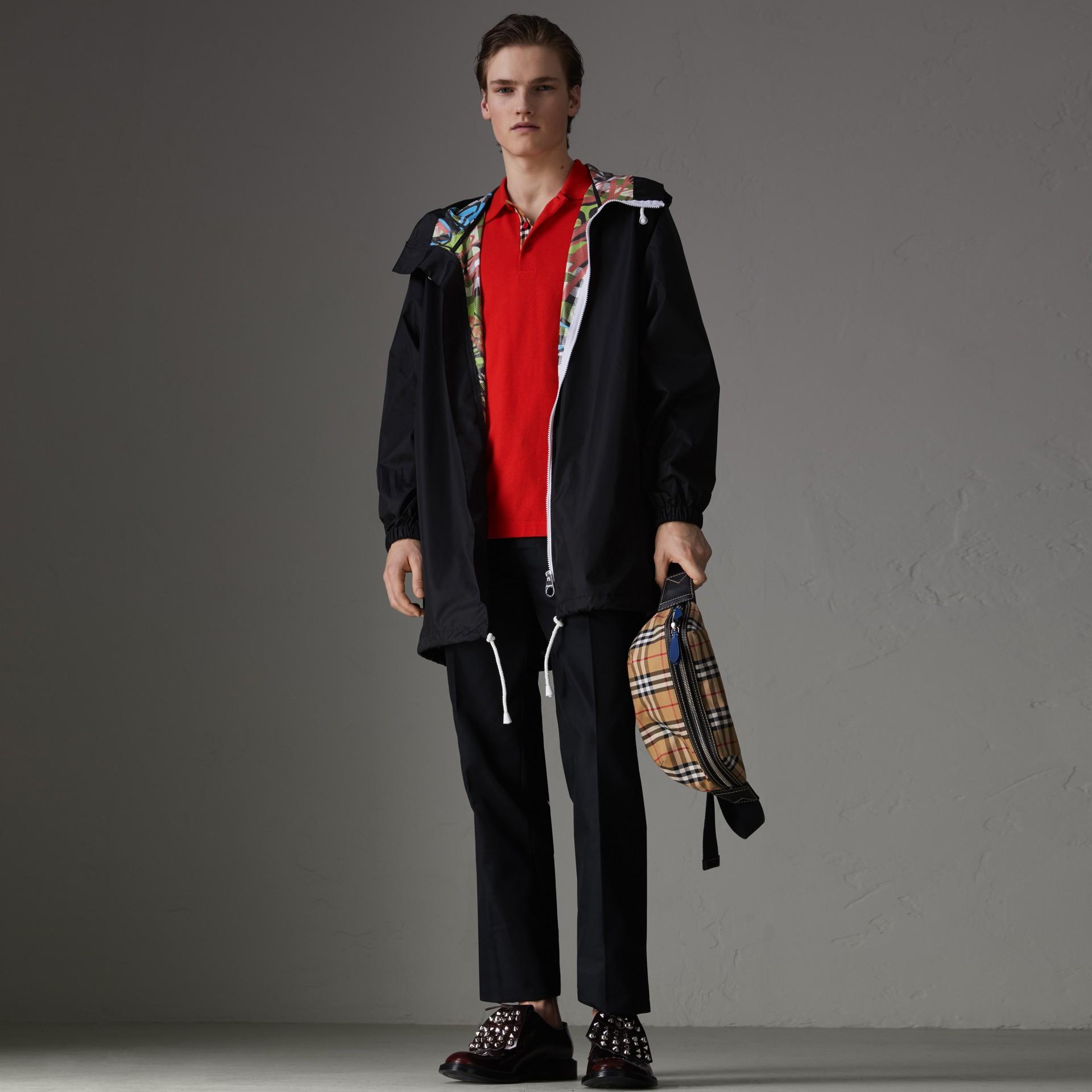 Polo en algodón con detalle a cuadros (Rojo Intenso) - Hombre | Burberry - imagen de la galería 0