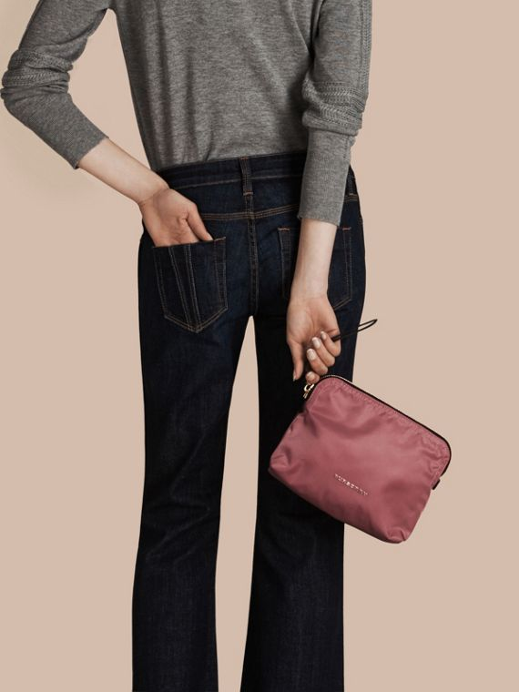 Grande pochette zippée en nylon technique (Rose Mauve) - Femme | Burberry - cell image 2