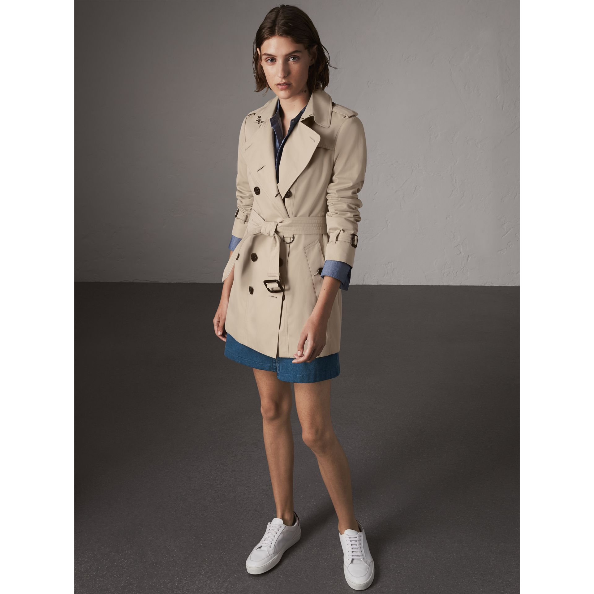 The Sandringham – Short Trench Coat in Stone - Women | Burberry Singapore - gallery image 7