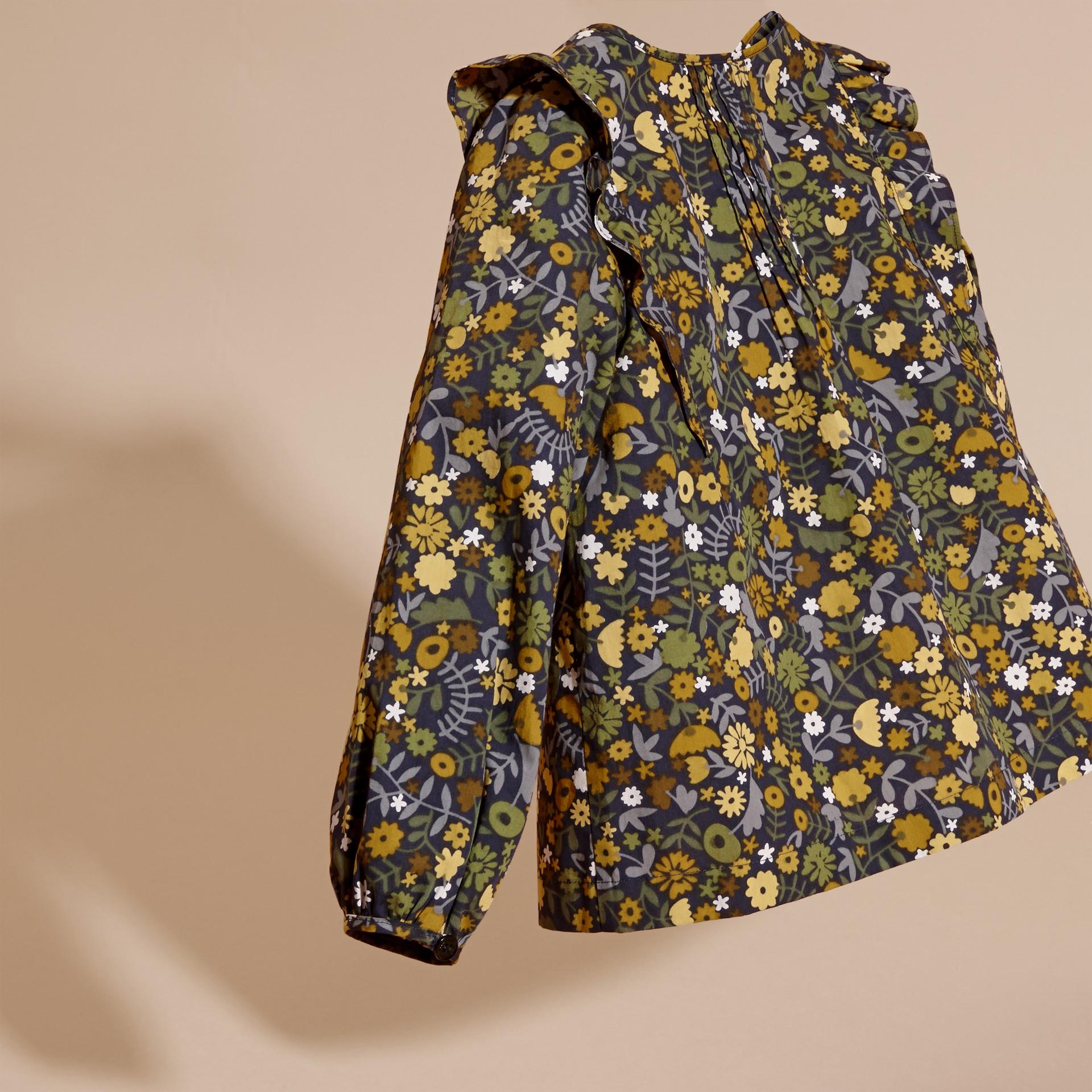 淡灰茶晶色 褶飾細節花朵印花棉質襯衫 淡灰茶晶色 - 圖庫照片 4