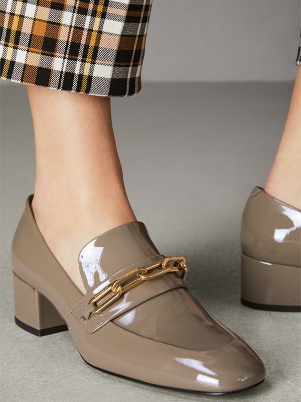 Loafer aus Lackleder mit Blockabsatz und Kettendetail (Taupe-grau) - Damen | Burberry - cell image 2