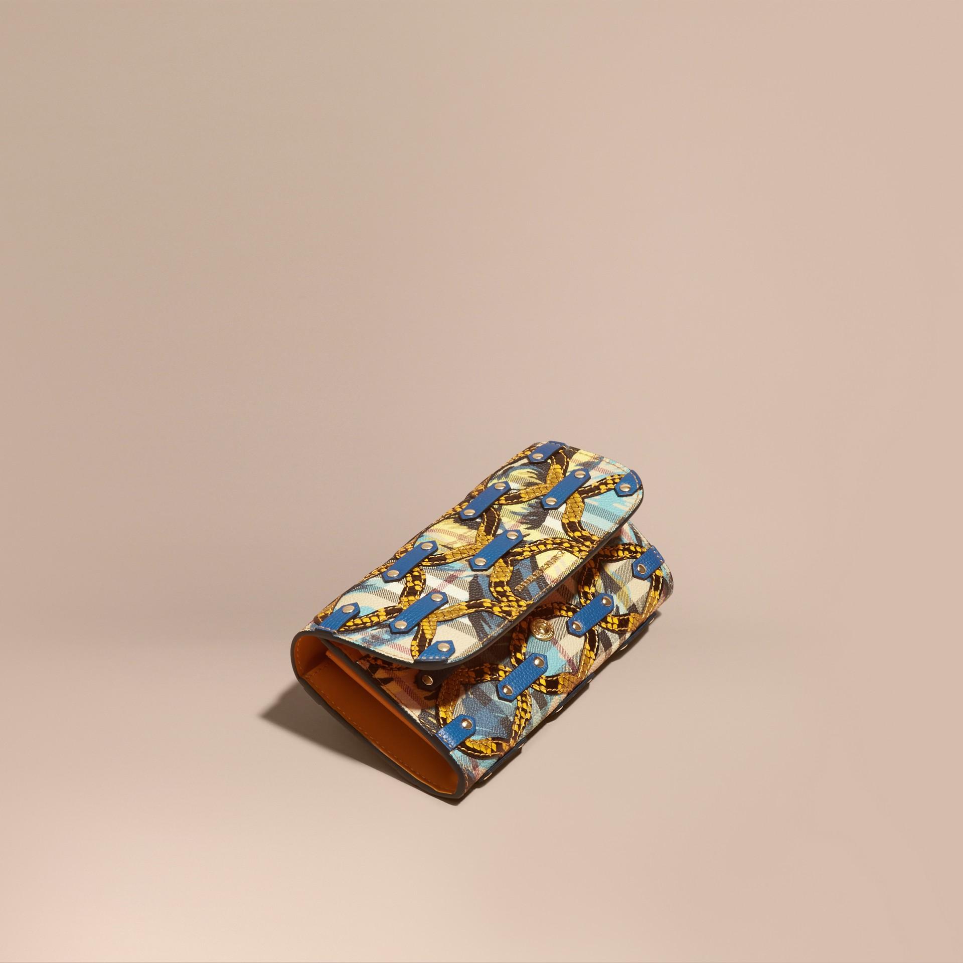 Amarillo alerce Cartera continental en Haymarket Checks con estampado de rosa peonía y textura en relieve en piel de serpiente Amarillo Alerce - imagen de la galería 1