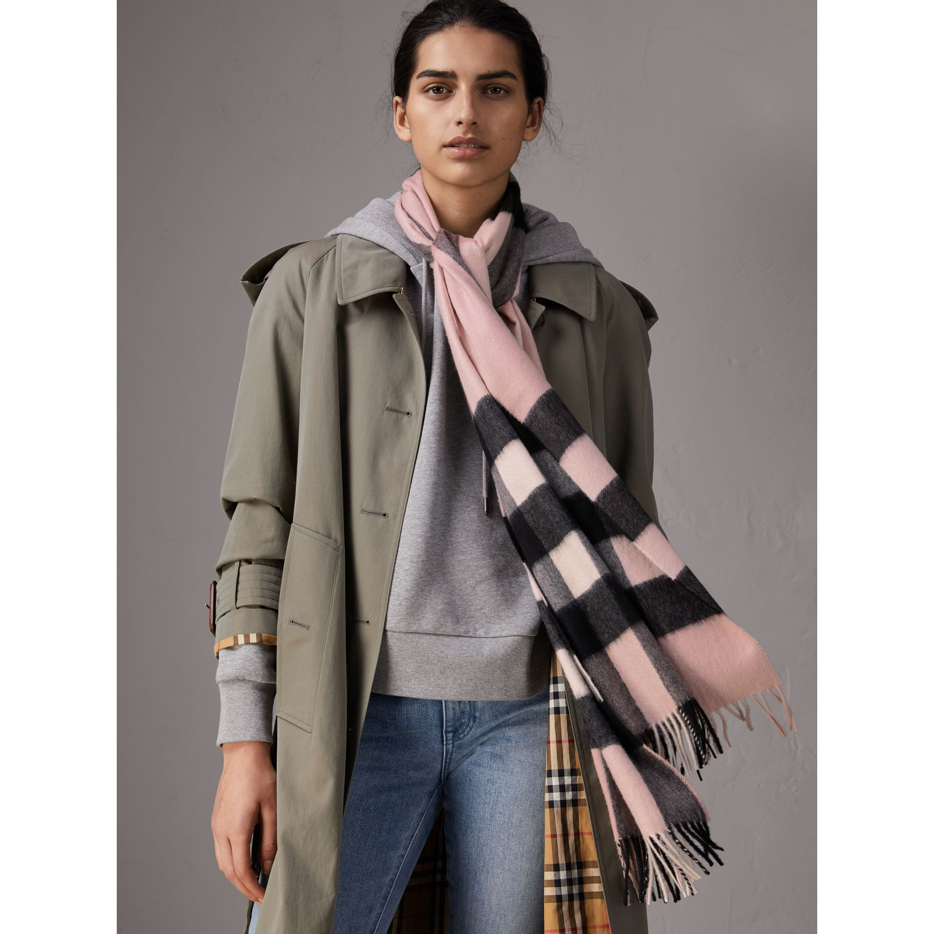 The Large Classic Cashmere Scarf in Check in Ash Rose | Burberry Canada - gallery image 3