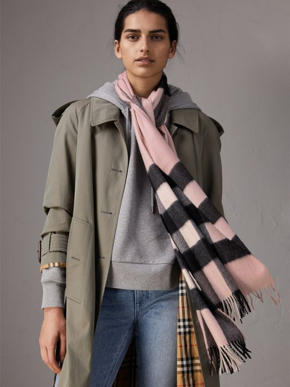 The Large Classic Cashmere Scarf in Check in Ash Rose | Burberry Canada - cell image 2