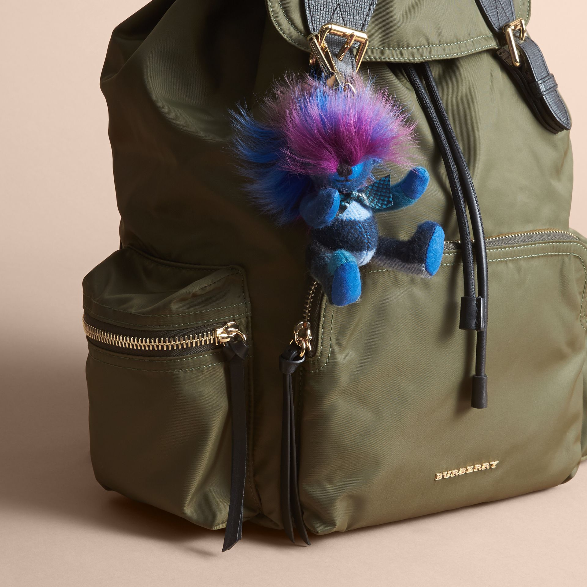Bijou porte-clés Thomas Bear orné de bordures en shearling multicolore (Bleu Barbeau Vif) - Femme | Burberry - photo de la galerie 2