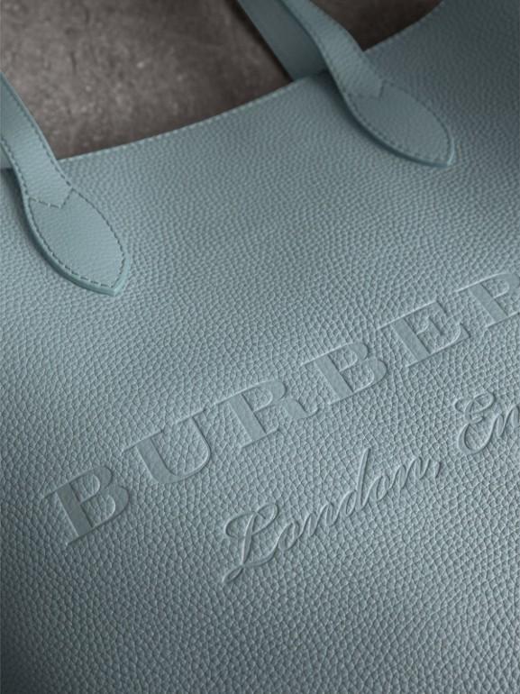 Bolsa tote de couro com detalhe em relevo (Azul Petróleo Terroso) | Burberry - cell image 1
