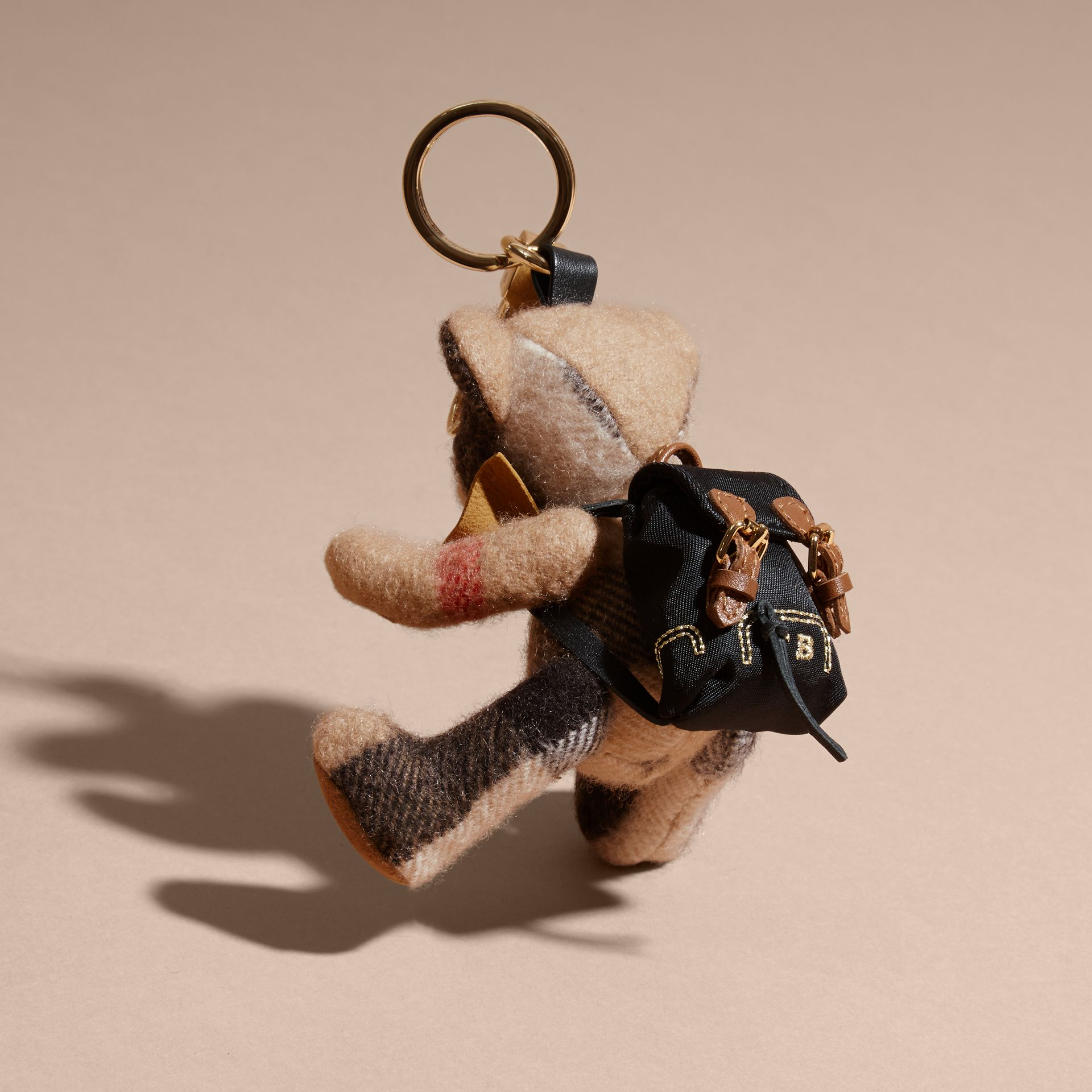 Bijou porte-clés Thomas Bear paré du sac à dos The Rucksack (Camel) | Burberry - photo de la galerie 2