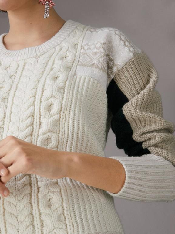 Pullover in lana e cashmere a blocchi di colore con trecce e motivo Fair Isle (Avorio) - Donna | Burberry - cell image 1