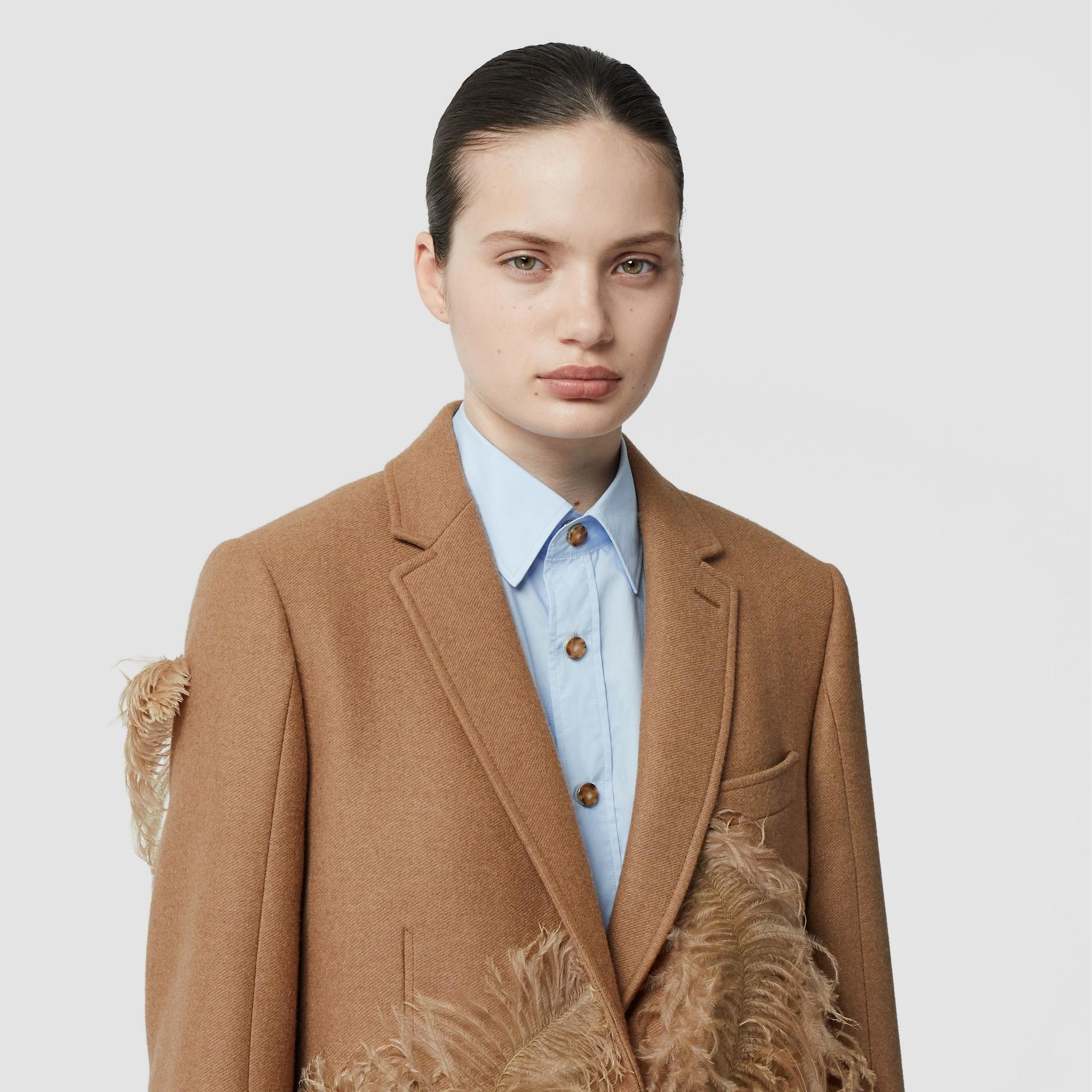 Abrigo de vestir en pelo de camello con detalle de plumas (Cámel) - Mujer | Burberry - imagen de la galería 1