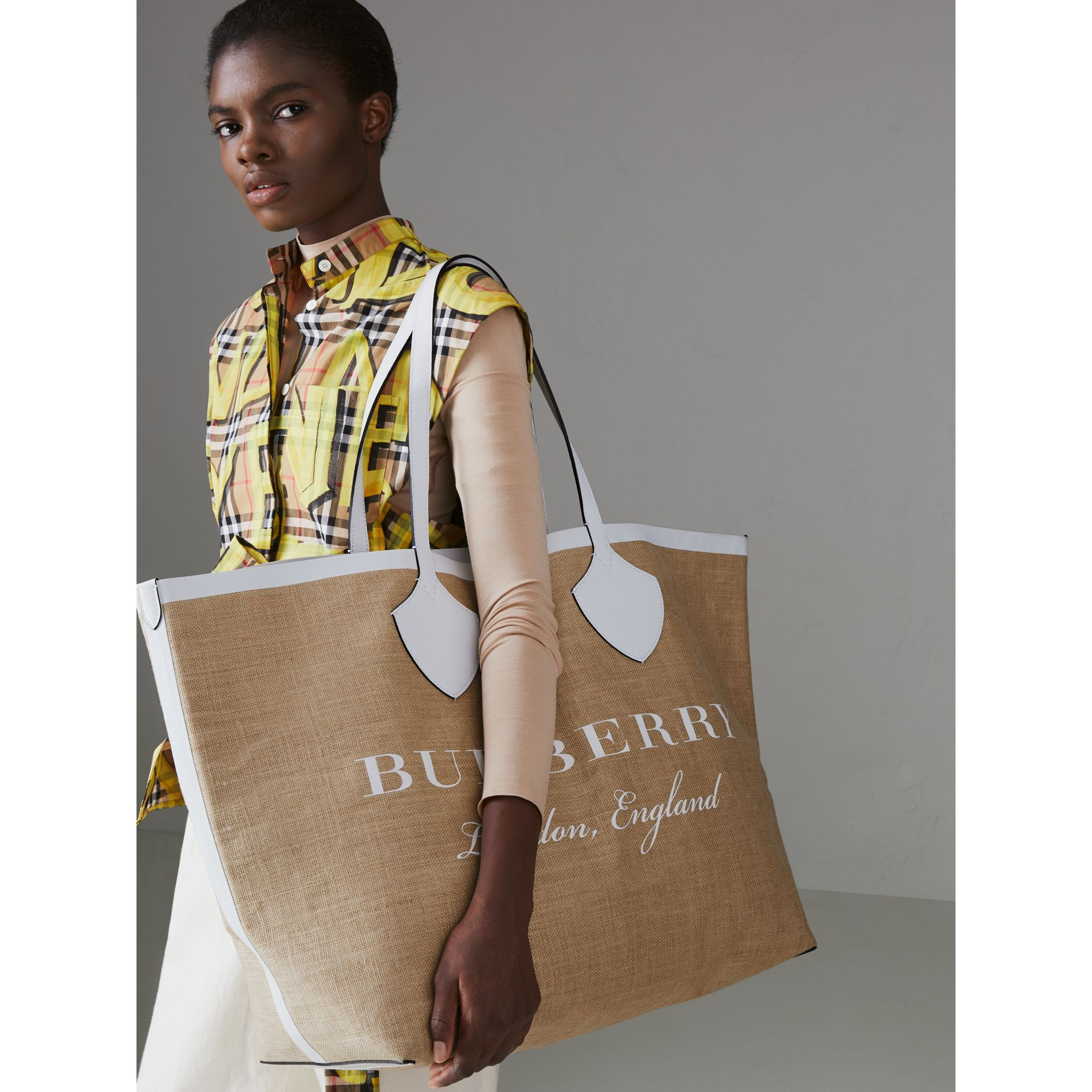The Giant Tote in Logo Print Jute in Chalk White - Women | Burberry - gallery image 3