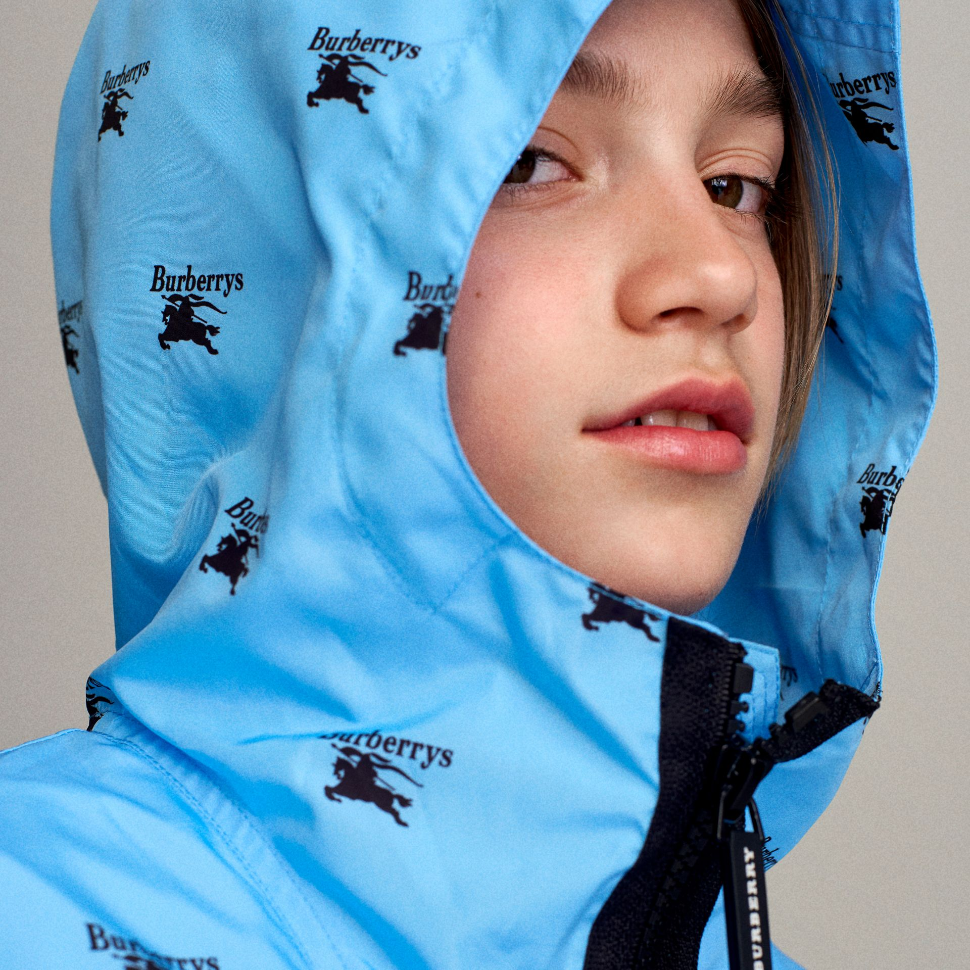 Archive Logo Print Lightweight Hooded Jacket in Sky Blue - Boy | Burberry - gallery image 5