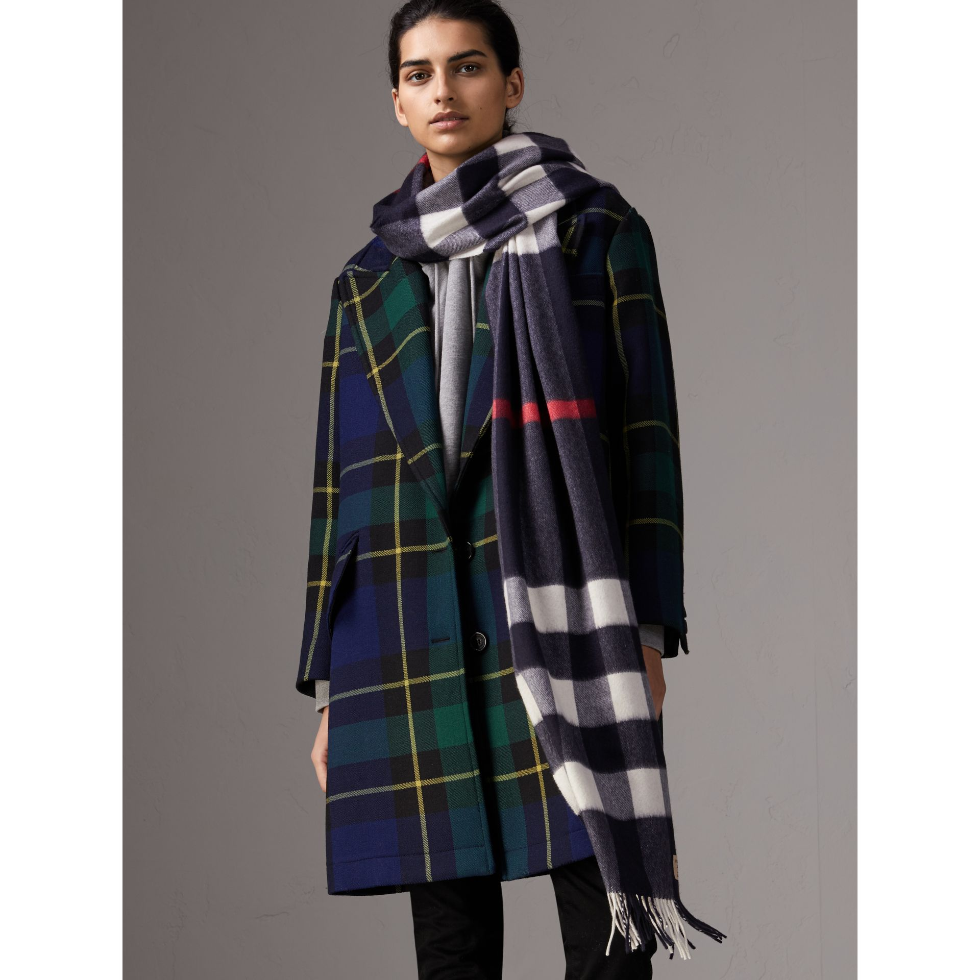The Large Classic Cashmere Scarf in Check in Navy | Burberry - gallery image 3