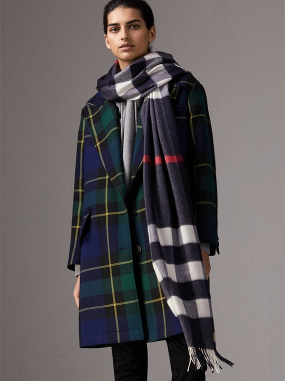 The Large Classic Cashmere Scarf in Check in Navy | Burberry Hong Kong - cell image 2