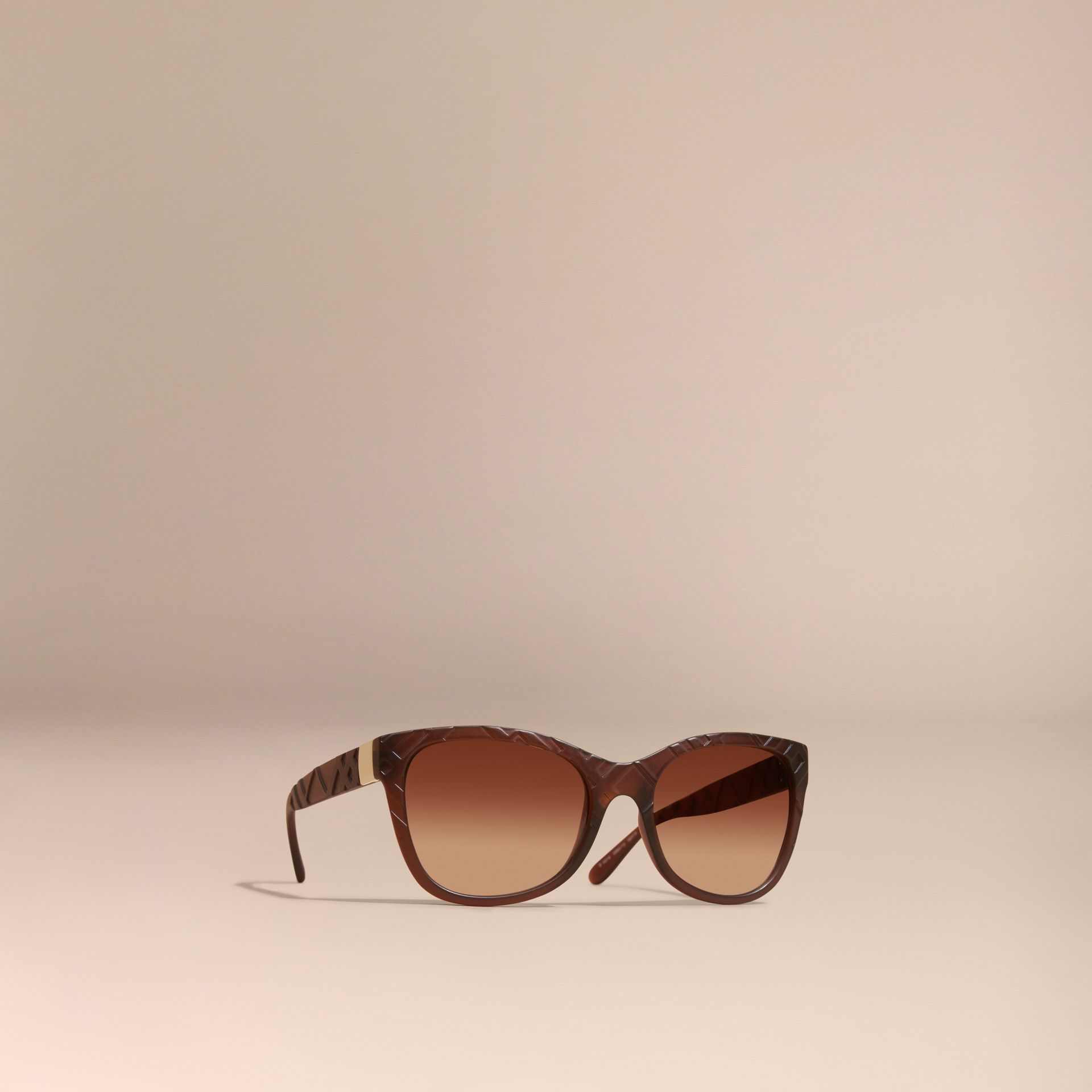 Braun Sonnenbrille mit eckigem Gestell und Check-Detail in 3D Braun - Galerie-Bild 1