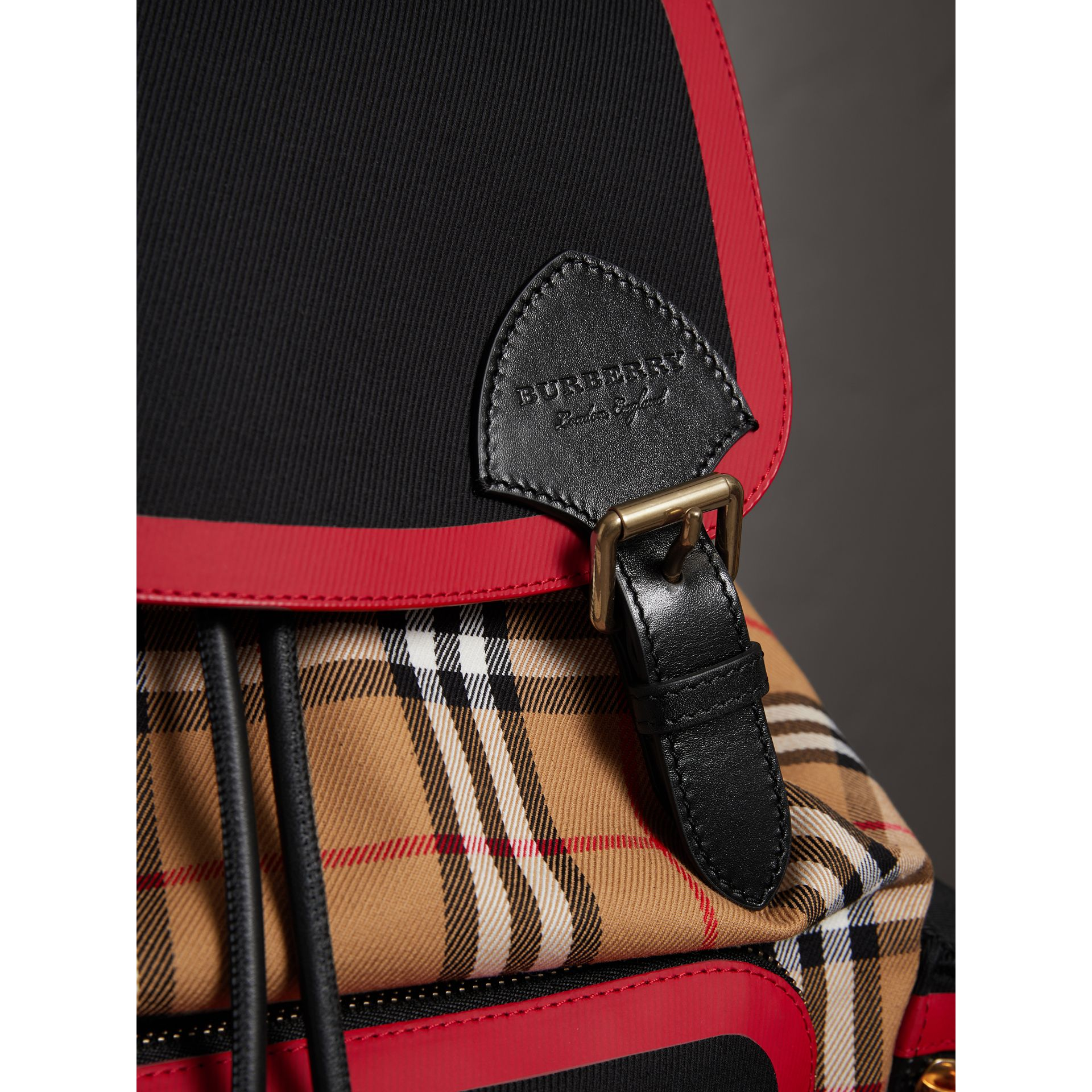 Grand sac The Rucksack en cuir et toile Vintage check (Jaune Antique) | Burberry Canada - photo de la galerie 1