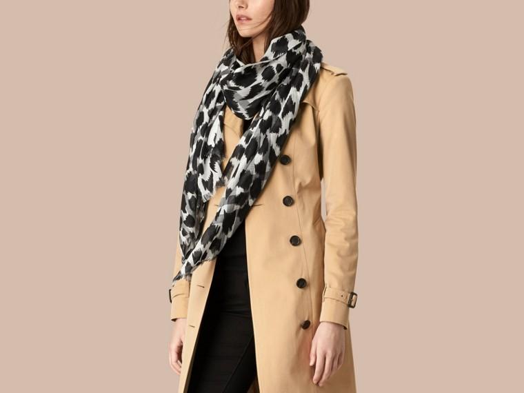Blanc naturel/noir Foulard en laine et soie à motif check et imprimé fauve Blanc Naturel/noir - cell image 1