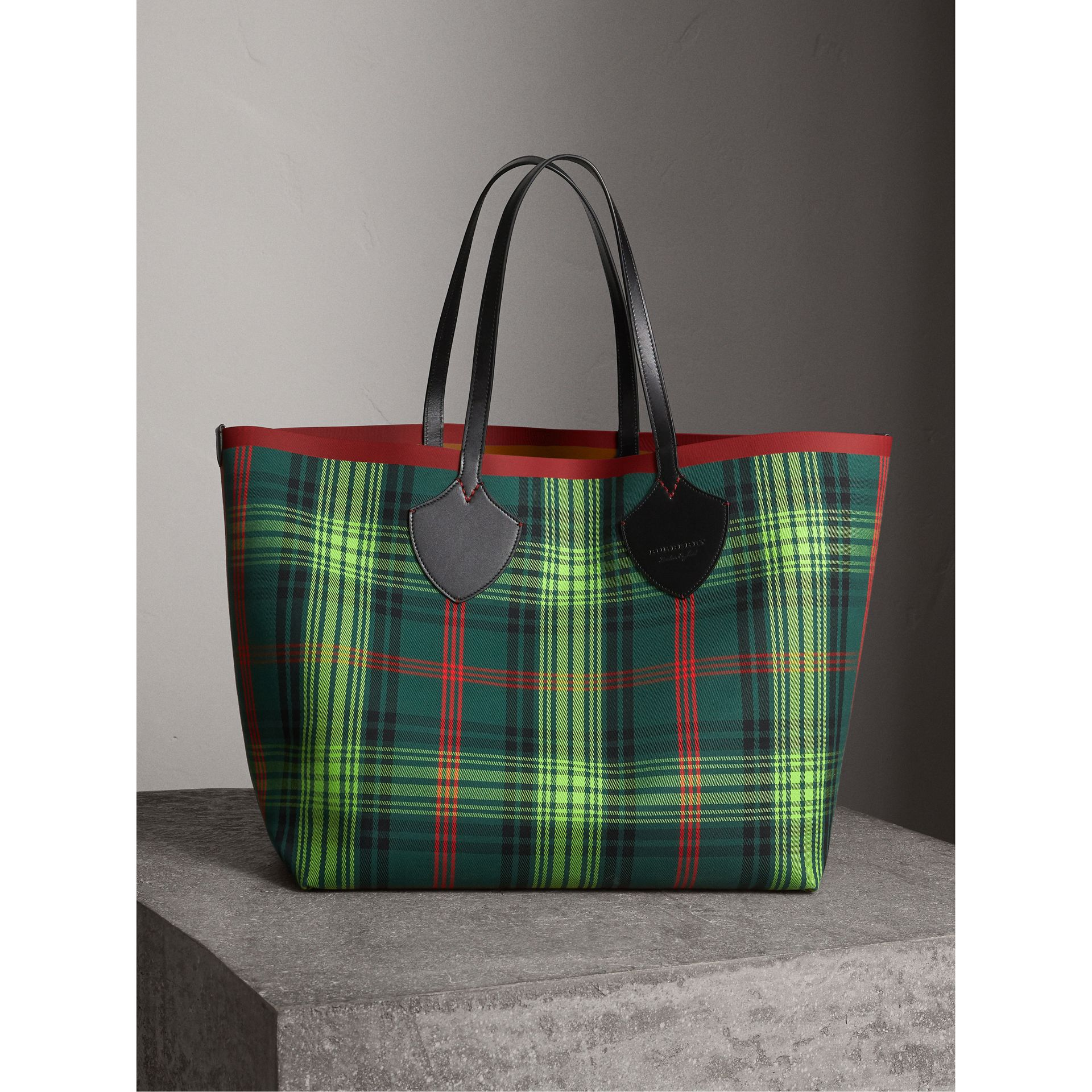 The Giant Reversible Tote in Tartan and Leather in Tan/pine Green | Burberry - gallery image 0
