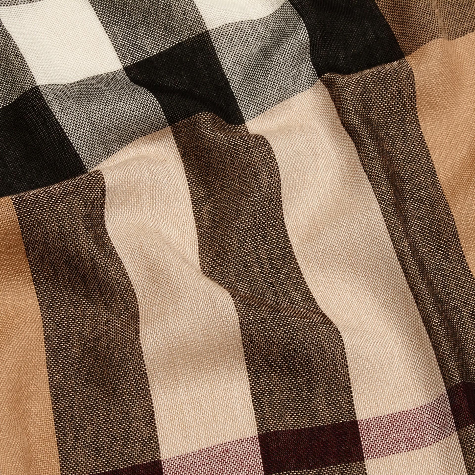 Cammello Sciarpa leggera in lana e cashmere con motivo check Cammello - immagine della galleria 2