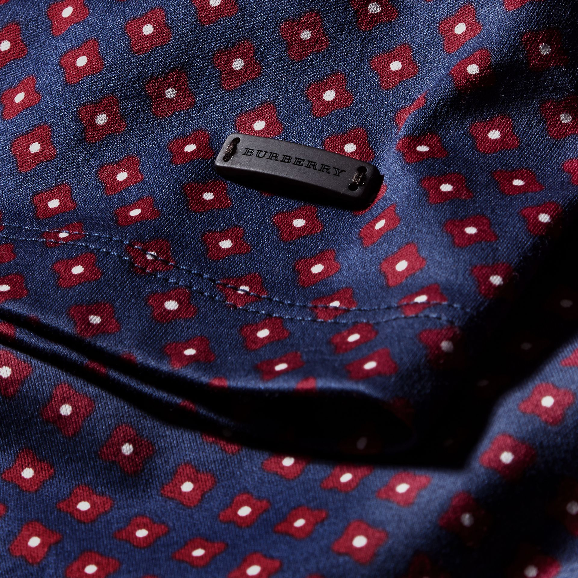Helles marineblau Baumwoll-T-Shirt mit geometrischem Druckmotiv - Galerie-Bild 2