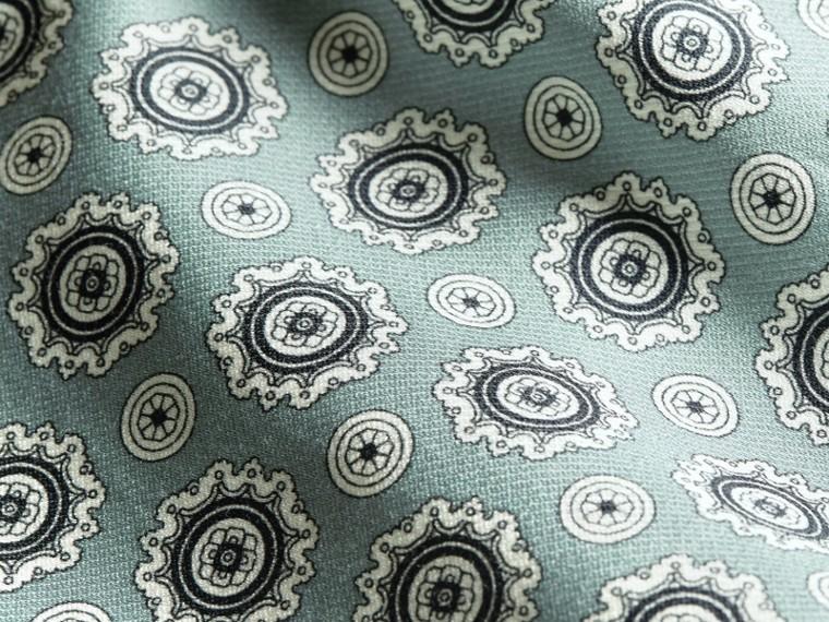 Blu pietra pallido Pantaloni leggermente corti in seta e cotone in stile pigiama con stampa a tema Blu Pietra Pallido - cell image 1