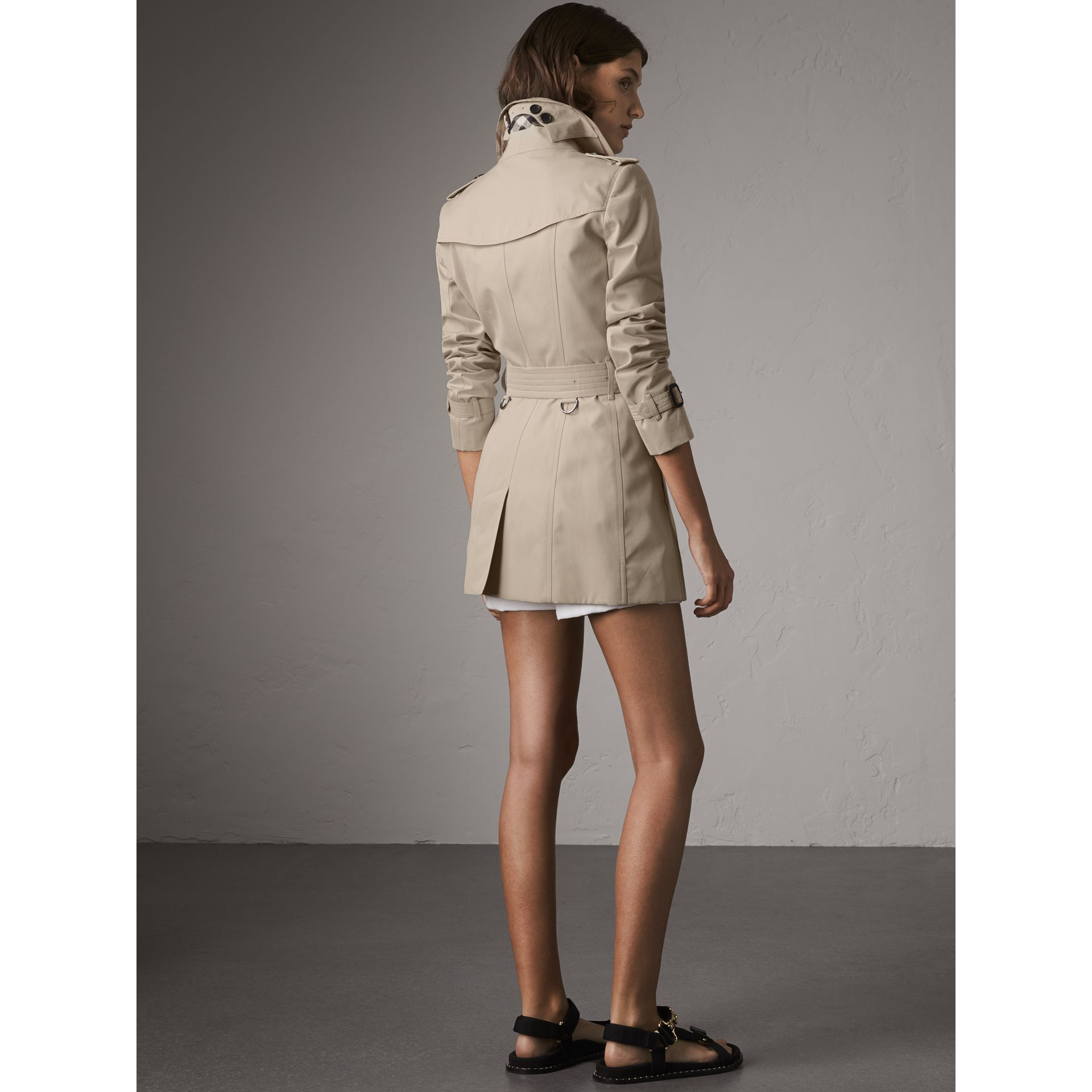 The Chelsea – Short Heritage Trench Coat in Stone - Women | Burberry - gallery image 3