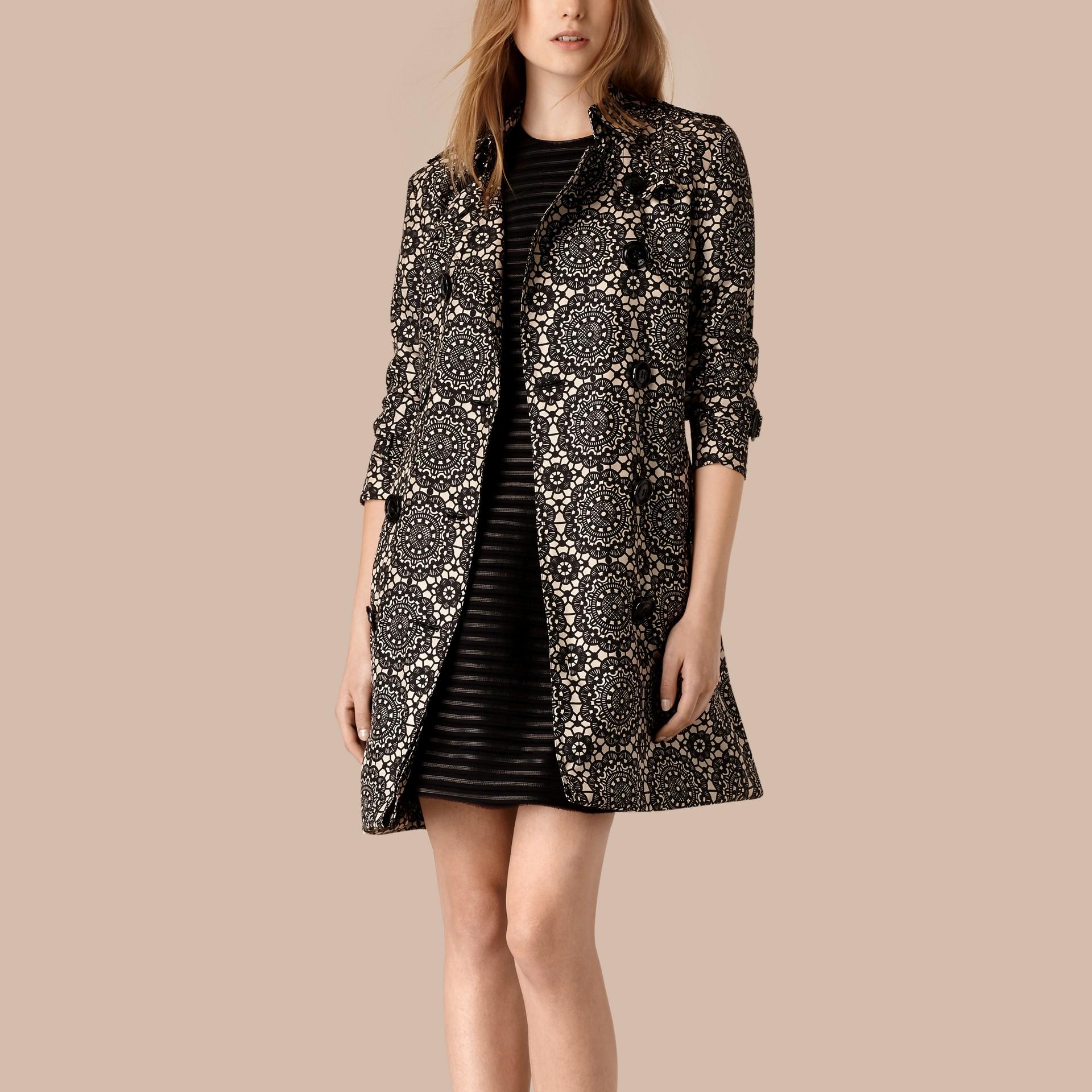 Pietra/nero Trench coat sfoderato in seta con stampa effetto pizzo - immagine della galleria 3