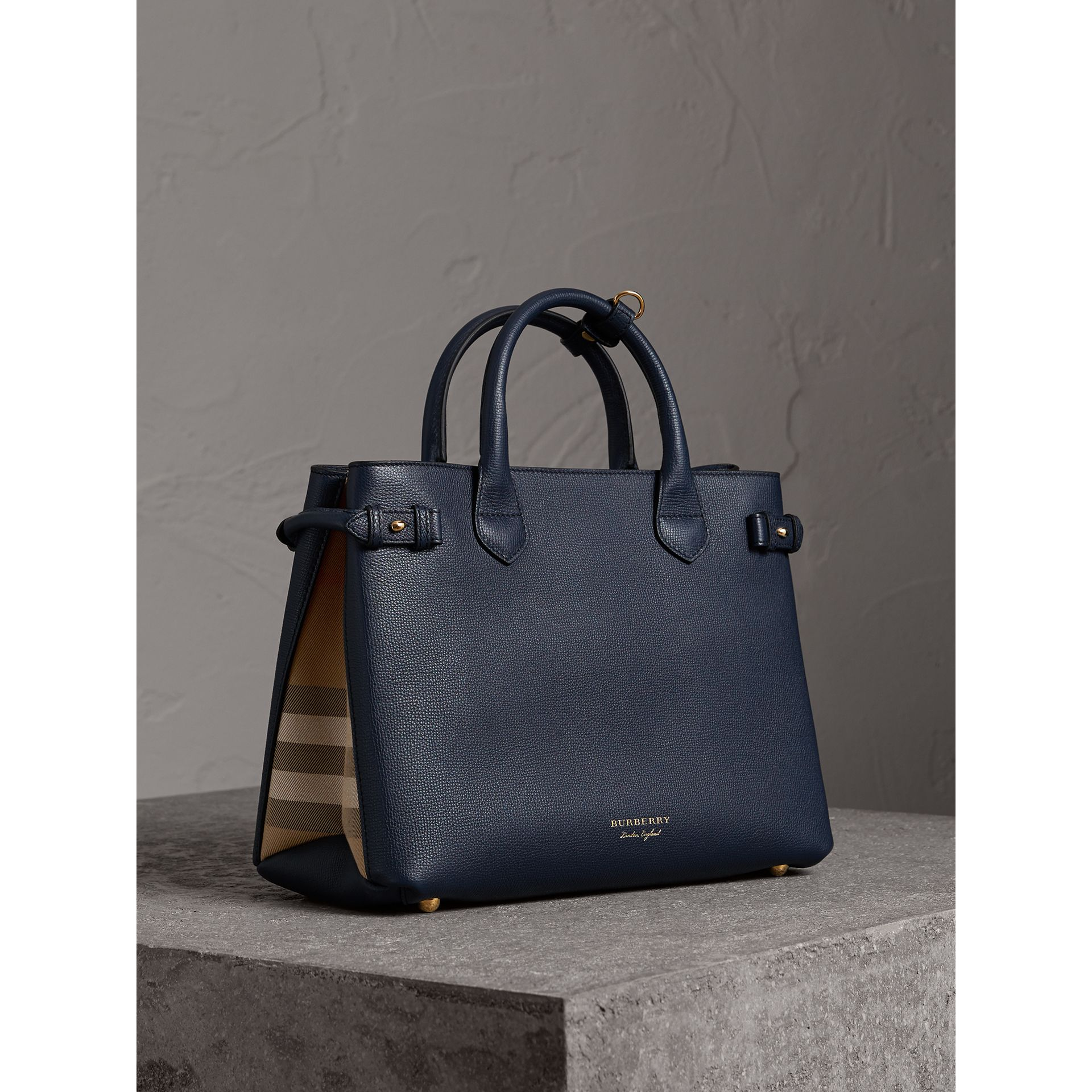 Sac The Banner medium en cuir et coton House check (Bleu Encre) - Femme | Burberry Canada - photo de la galerie 0