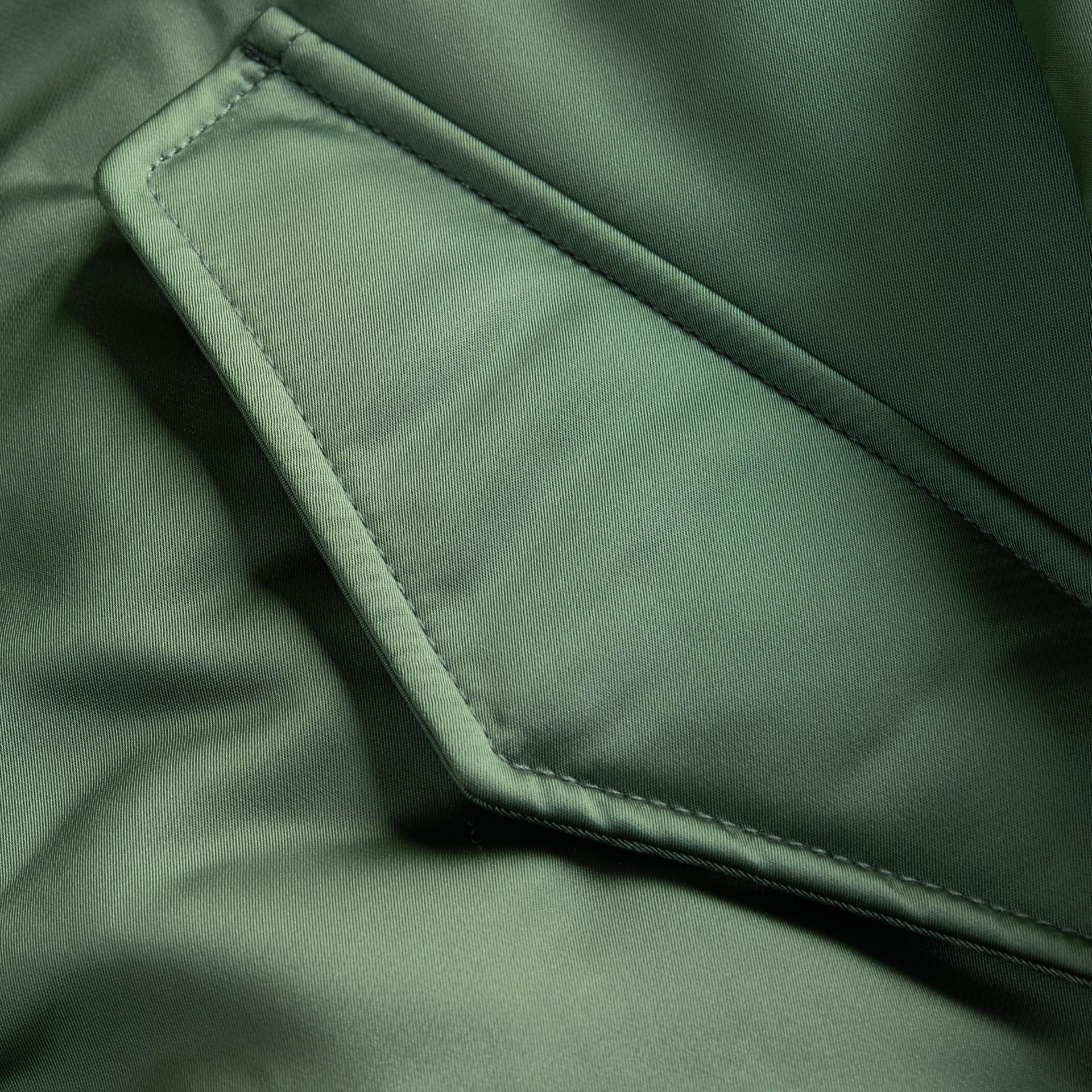 유칼립투스 그린 퍼 트리밍 후드 롱라인 새틴 보머 재킷 유칼립투스 그린 - 갤러리 이미지 2