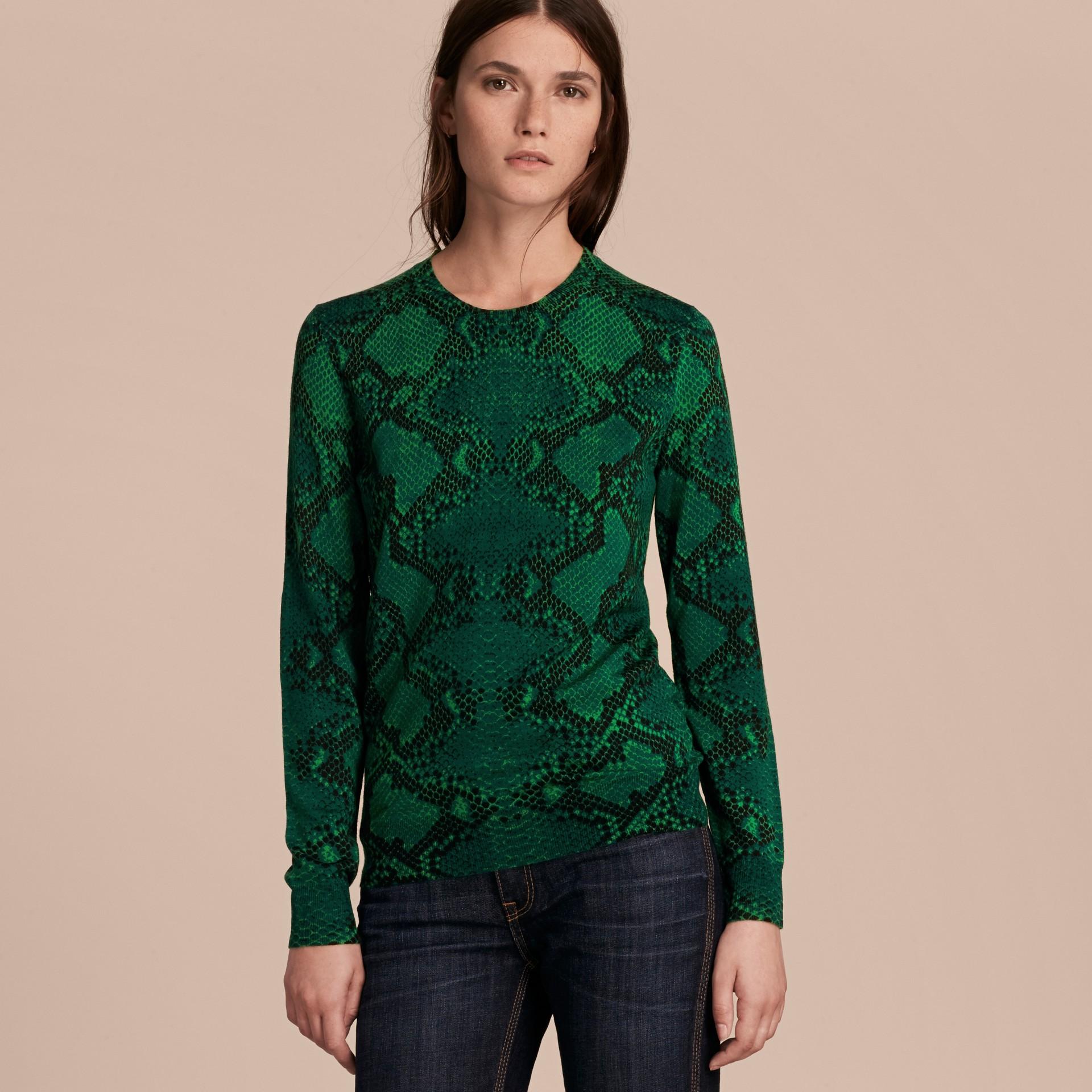Verde pigmento Suéter de lã Merino com estampa de píton e detalhe xadrez Verde Pigmento - galeria de imagens 6