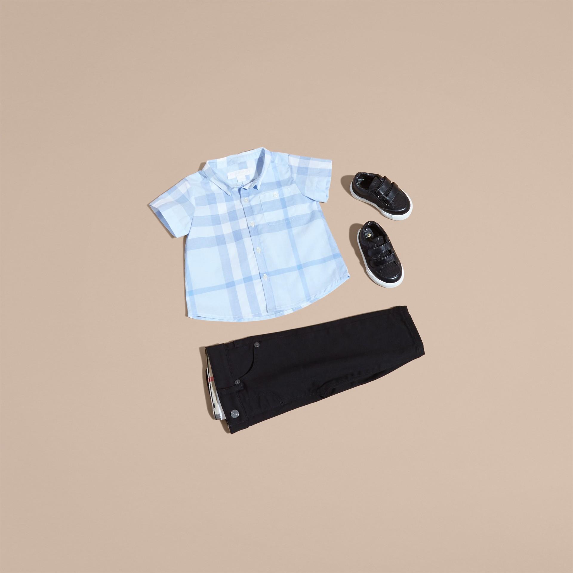 Bleu glacé Chemise en coton à manches courtes avec motif check - photo de la galerie 5
