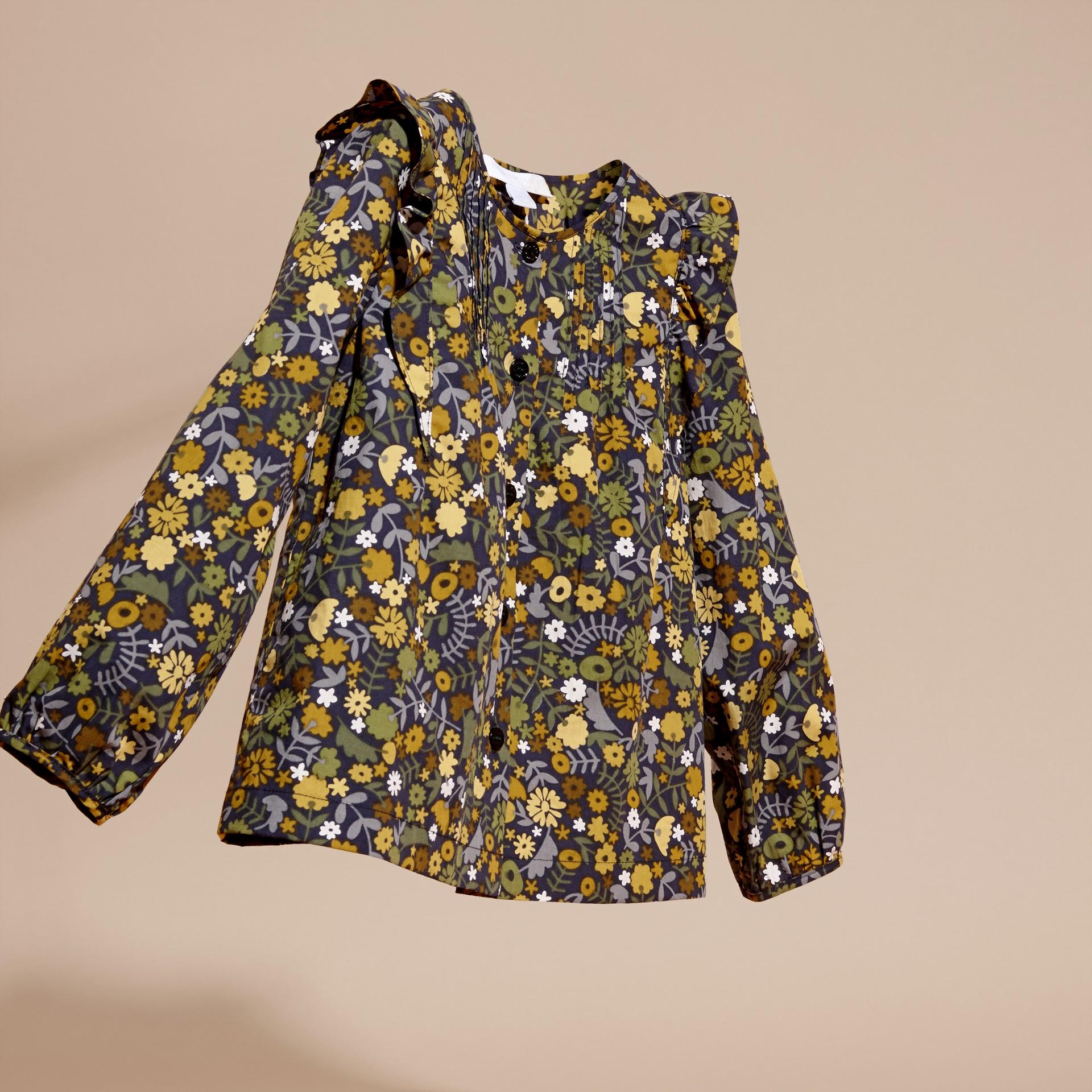 淡灰茶晶色 褶飾細節花朵印花棉質襯衫 淡灰茶晶色 - 圖庫照片 3