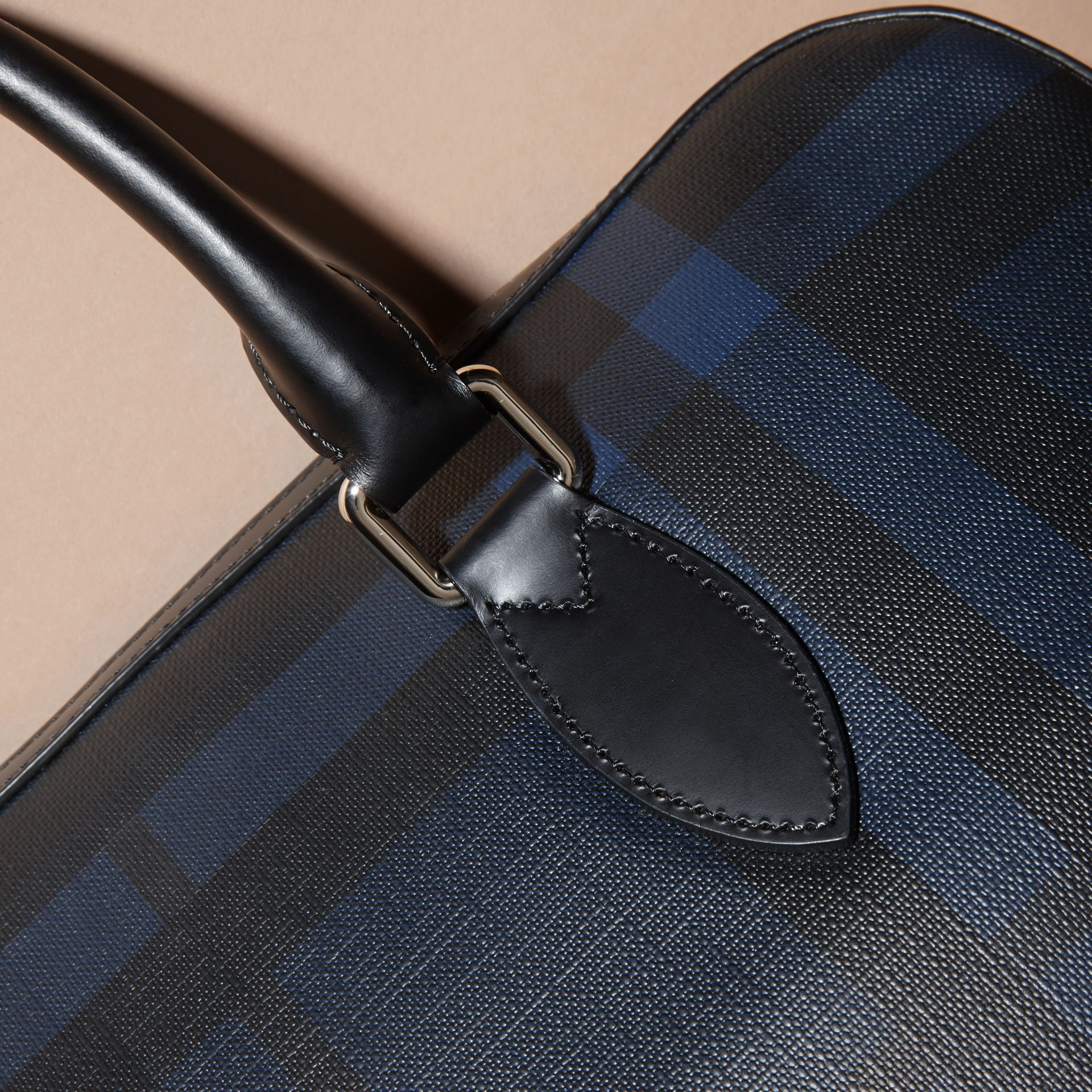 Sac The Barrow fin avec motif London check (Marine/noir) - Homme | Burberry - photo de la galerie 2
