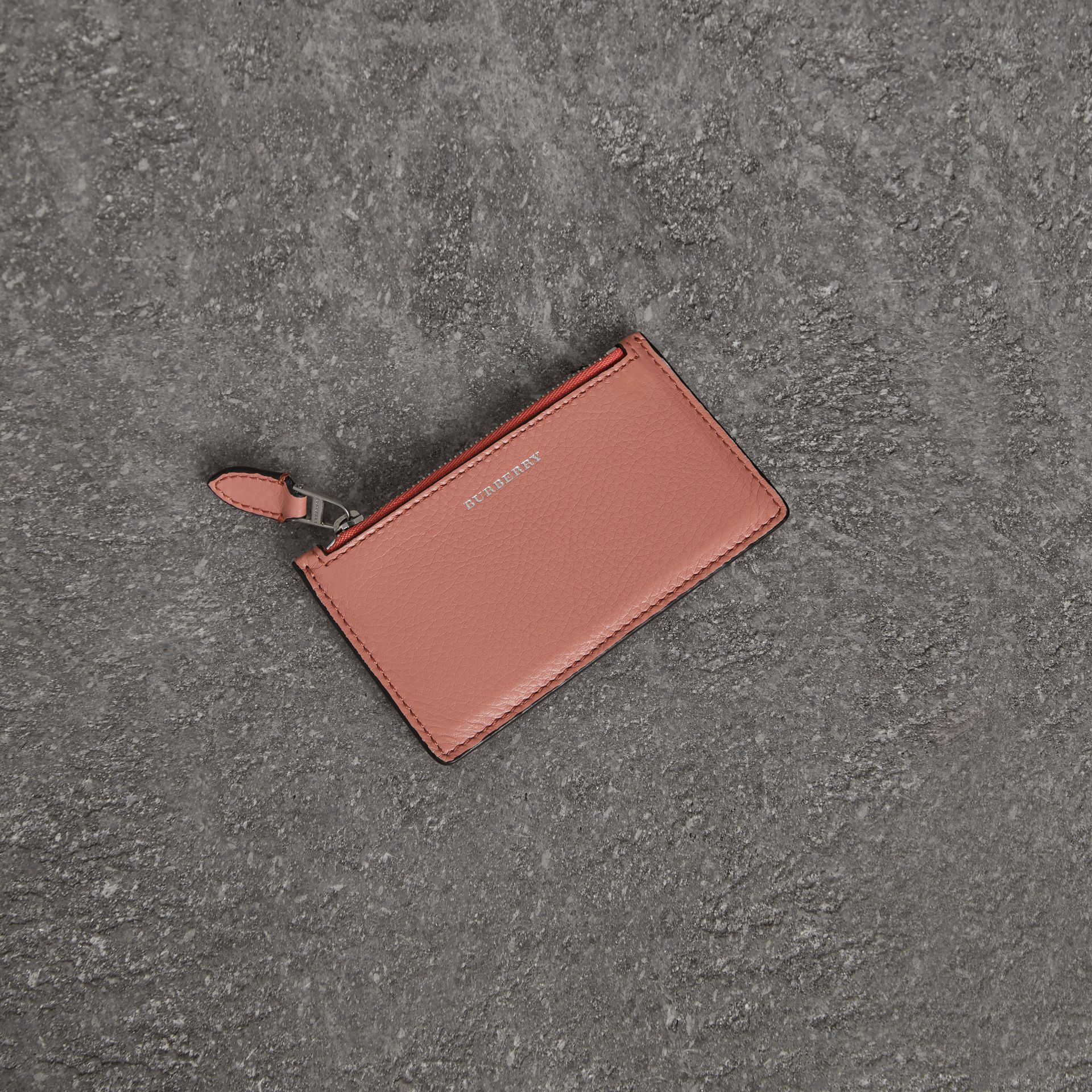 Porte-cartes zippé en cuir bicolore (Dusty Rose) - Femme | Burberry - photo de la galerie 0