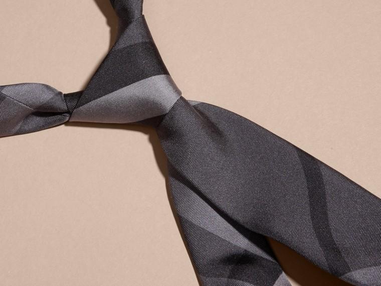 Nero fumo scuro Cravatta dal taglio moderno in seta con motivo Beat check - cell image 1