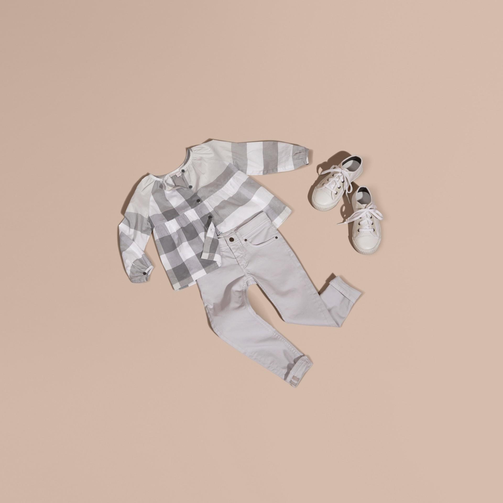 Gris clair Chemisier en coton à motif check avec manches bouffantes Gris Clair - photo de la galerie 5