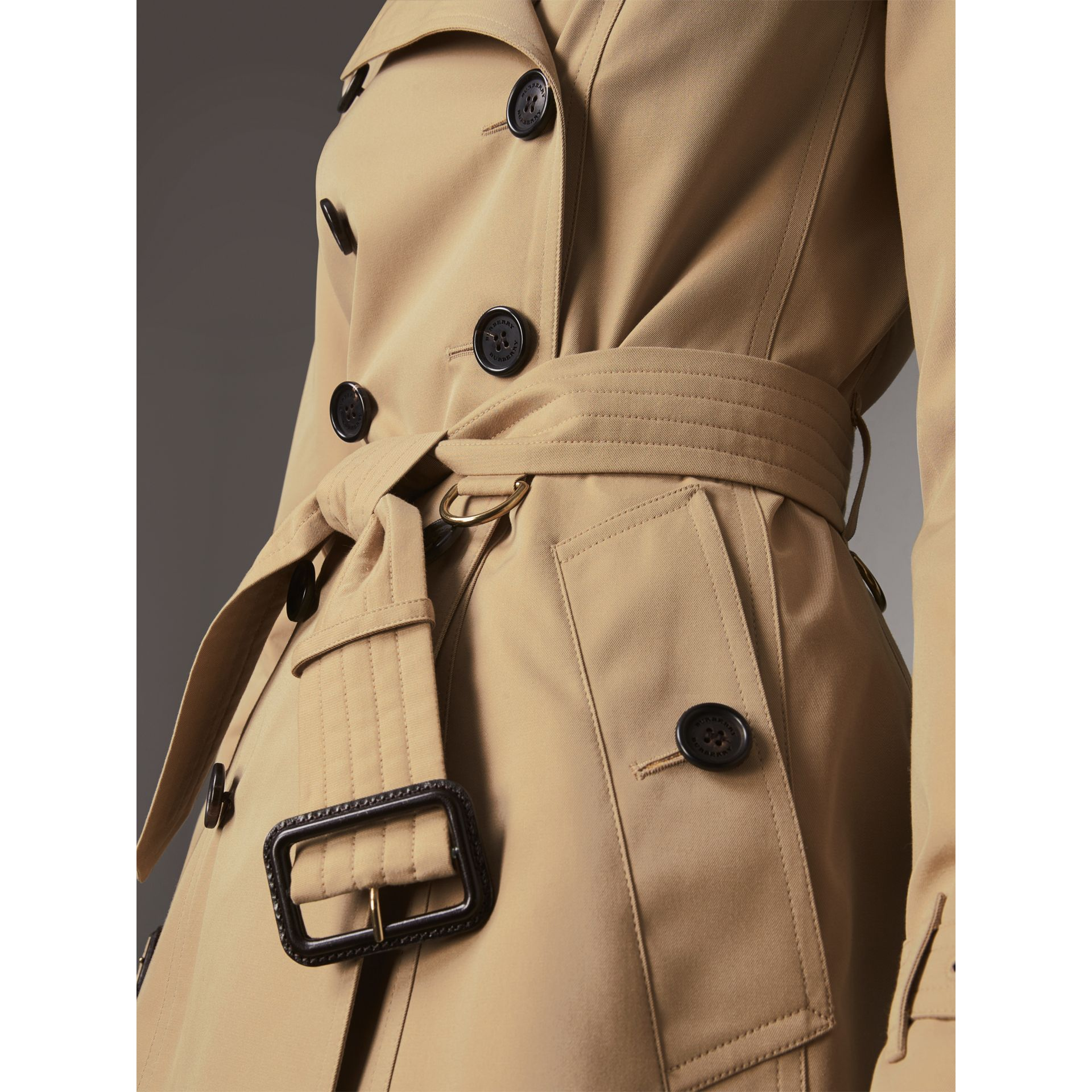 The Chelsea - Trench coat Heritage corto (Miele) - Donna | Burberry - immagine della galleria 6