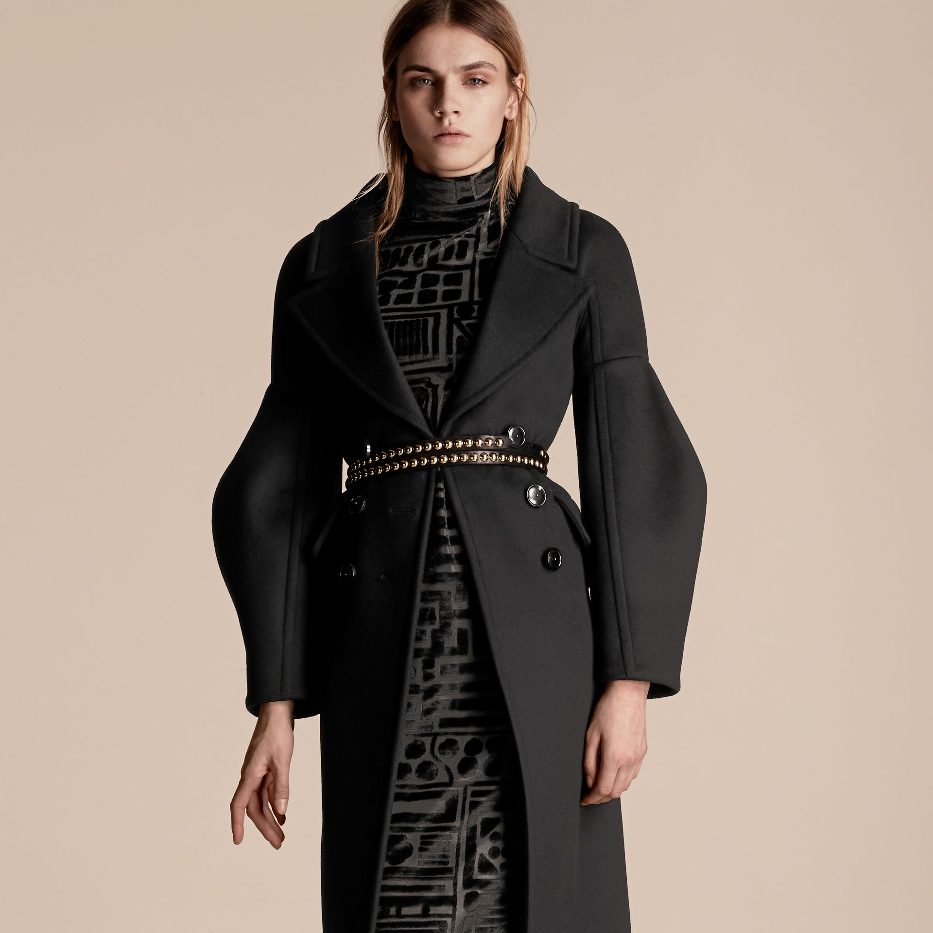 Noir Manteau en laine avec manches bouffantes - photo de la galerie 6