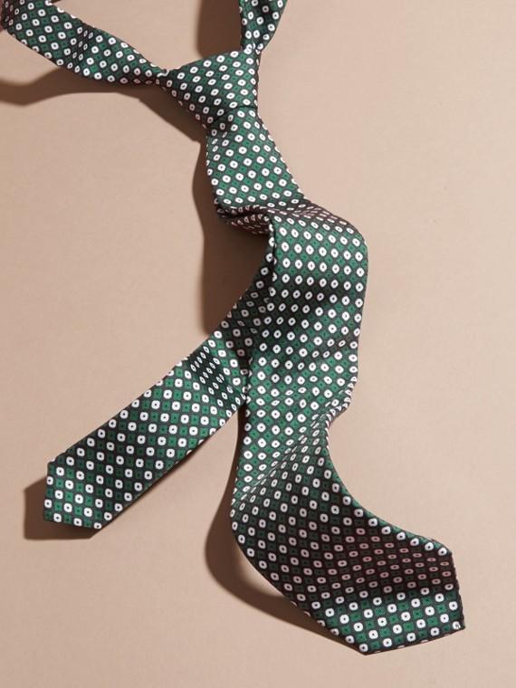 Schmal geschnittene Seidenkrawatte mit geometrischem Muster
